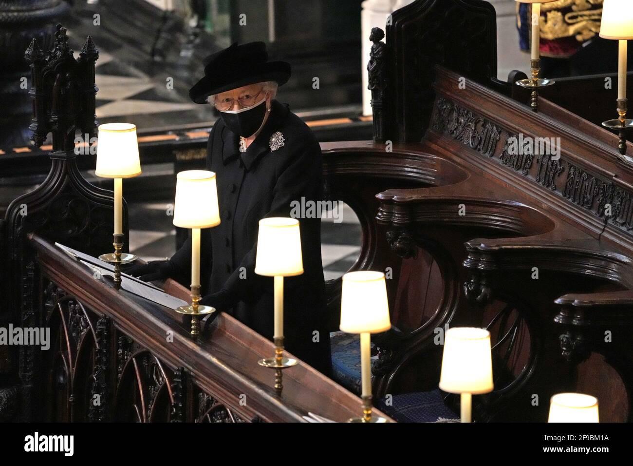 La reine Elizabeth II pendant les funérailles du duc d'Édimbourg à la chapelle Saint-Georges, château de Windsor, Berkshire. Date de la photo: Samedi 17 avril 2021. Banque D'Images
