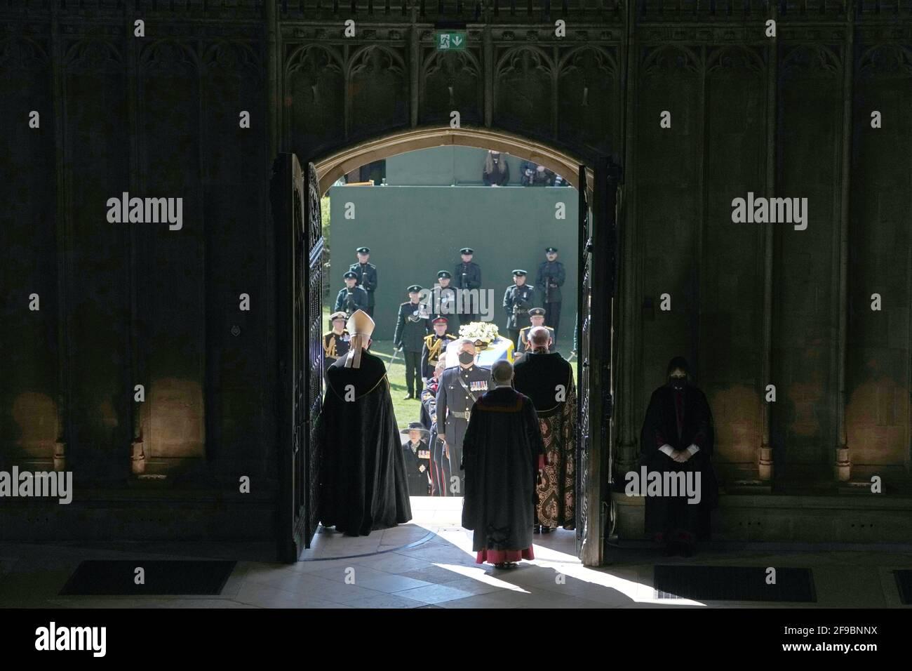Les porteurs de Pall transportant le cercueil du duc d'Édimbourg dans la chapelle Saint-Georges, château de Windsor, Berkshire. Date de la photo: Samedi 17 avril 2021. Banque D'Images