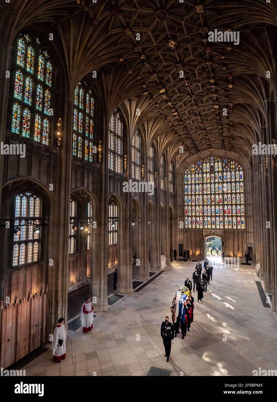Les porteurs de Pall portant le cercueil du duc d'Édimbourg, suivis par des membres de la famille royale qui entrent dans la chapelle Saint-Georges, le château de Windsor, Berkshire. Date de la photo: Samedi 17 avril 2021. Banque D'Images