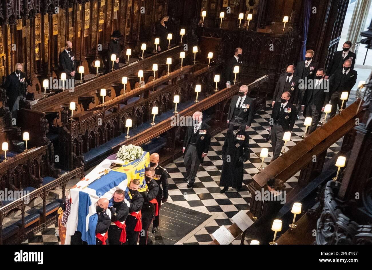 Les pallbearers portent le cercueil du duc d'Édimbourg lors de ses funérailles à la chapelle Saint-Georges, au château de Windsor, dans le Berkshire. Date de la photo: Samedi 17 avril 2021. Banque D'Images