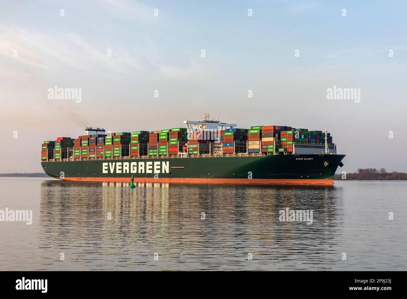 Navire-conteneur TOUJOURS GLORY, propriété d'Evergreen Marine Corp. (Taiwan) Ltd., sur la rivière Elbe en direction de Hambourg Banque D'Images