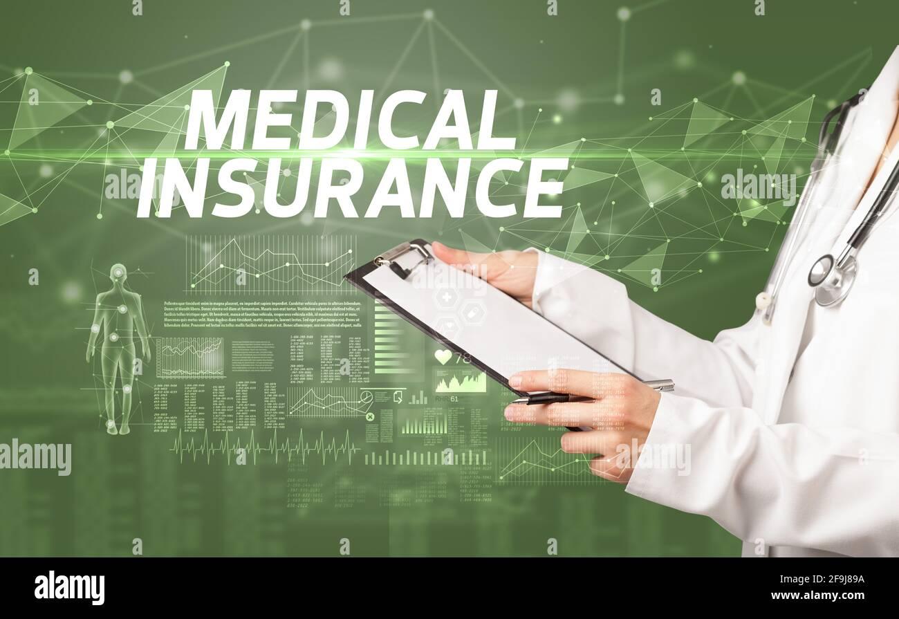 le médecin écrit des notes sur le presse-papiers, concept de diagnostic médical Banque D'Images