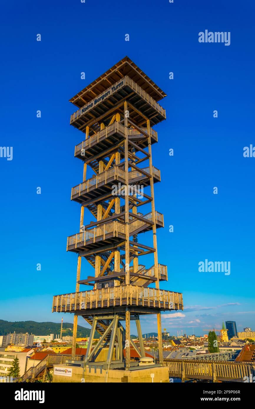 Vue sur une tour d'observation en bois située au sommet d'un bâtiment dans le centre de Linz, en Autriche. Banque D'Images