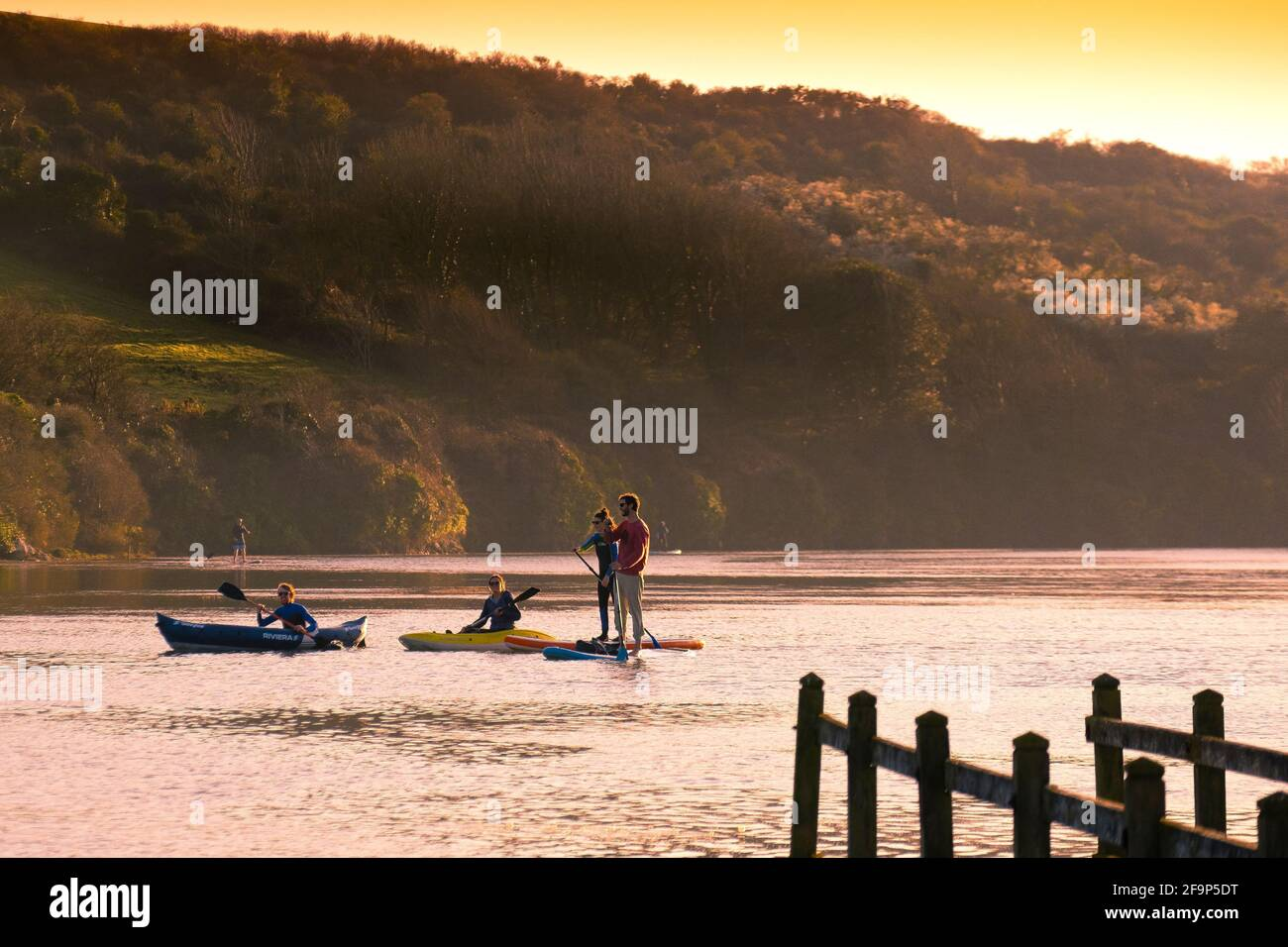 Les gens pagayent sur la rivière Gannel dans des kayaks et sur des pagayboards à Newquay, en Cornouailles. Banque D'Images