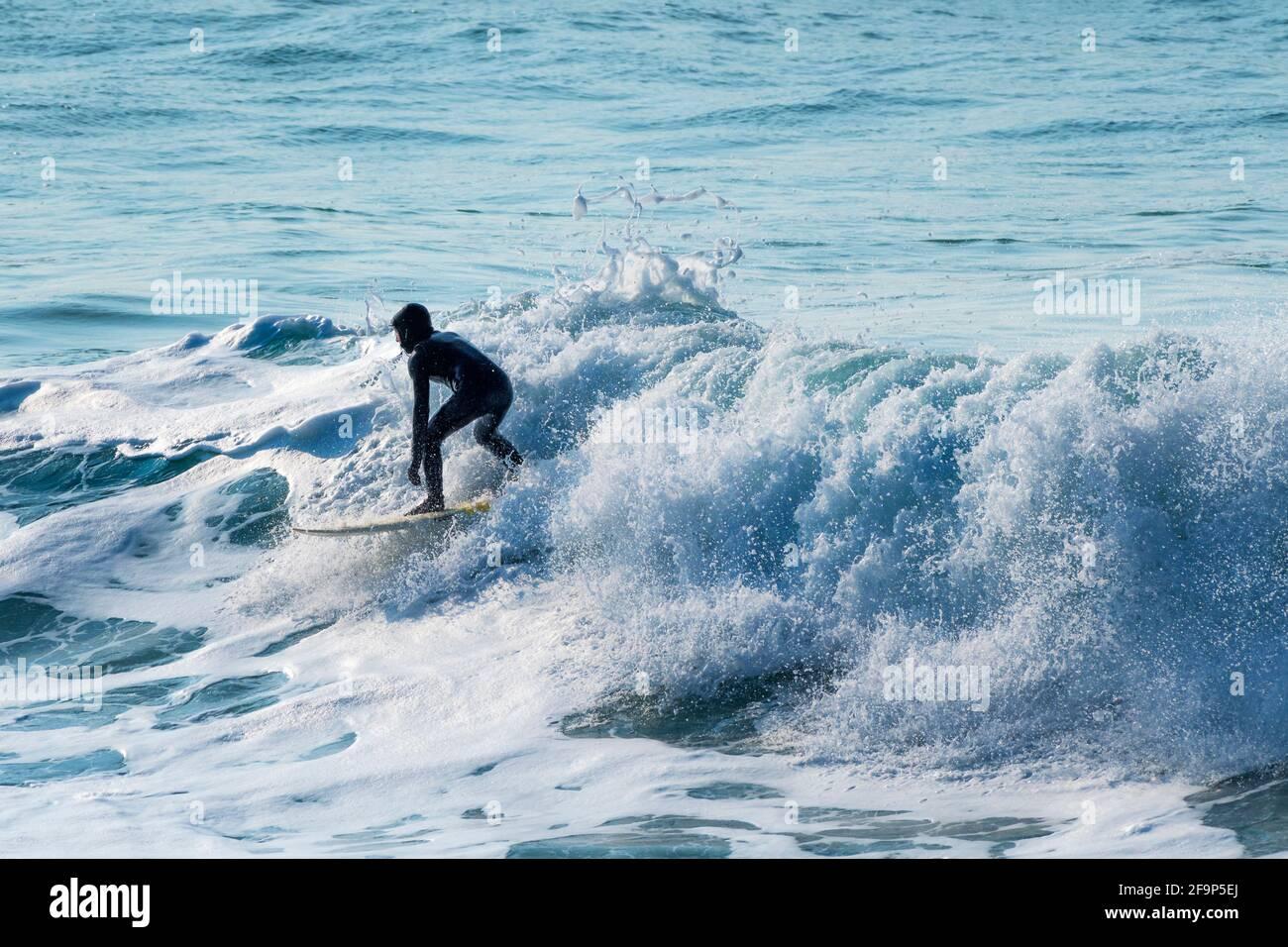 L'action au surf dans Fistral Newquay en Cornouailles. Banque D'Images