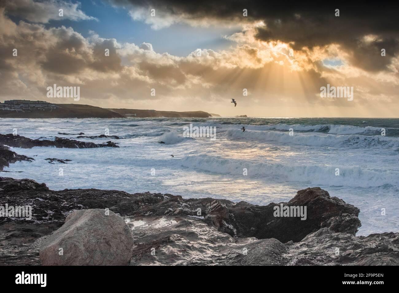 La lumière sur la fin de soirée dans la baie de Fistral Newquay en Cornouailles. Banque D'Images