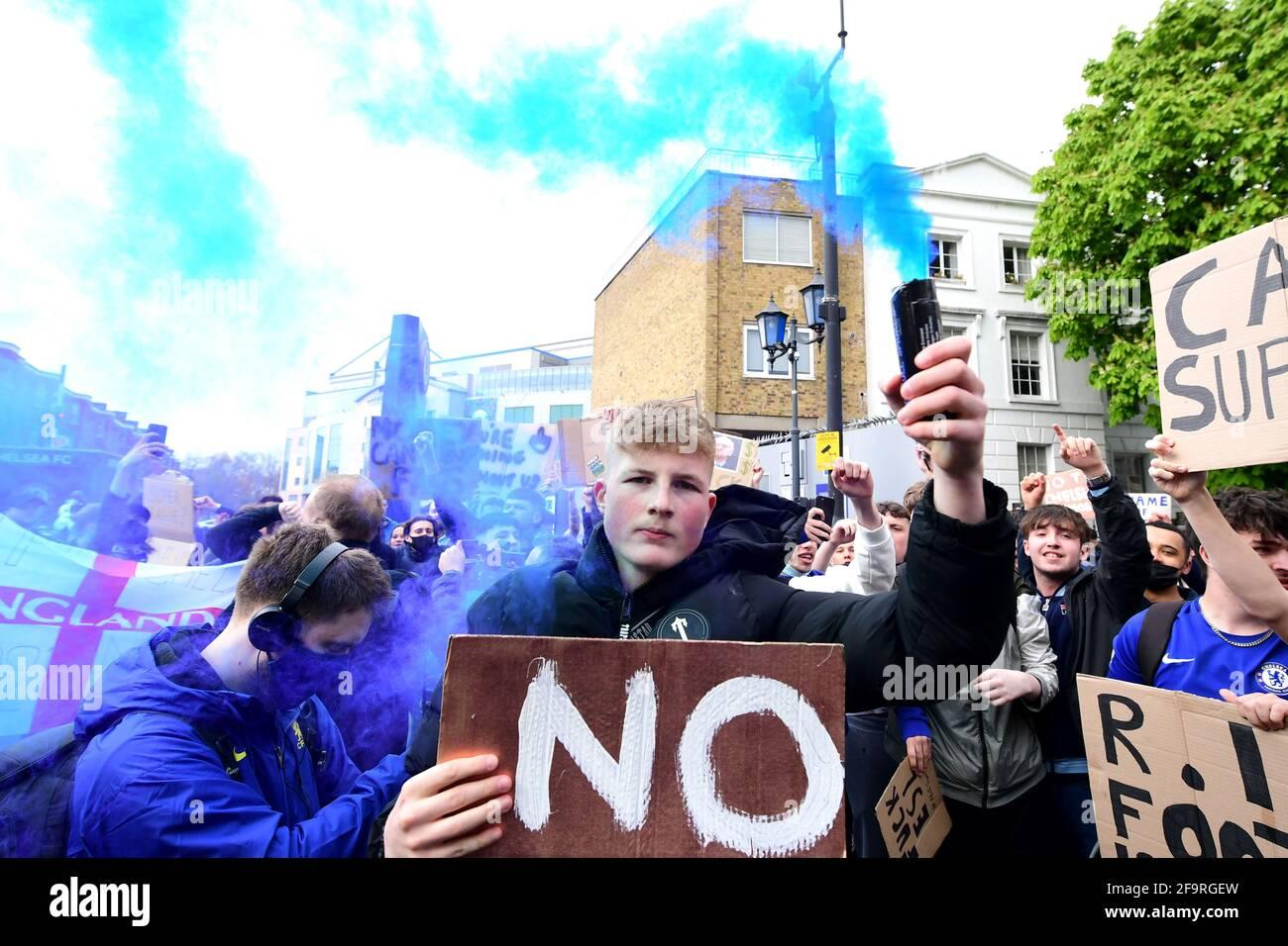 Les fans protestent contre l'implication de Chelsea dans la nouvelle Super League européenne à l'extérieur de Stamford Bridge, Londres. Date de la photo: Mardi 20 avril 2021. Banque D'Images