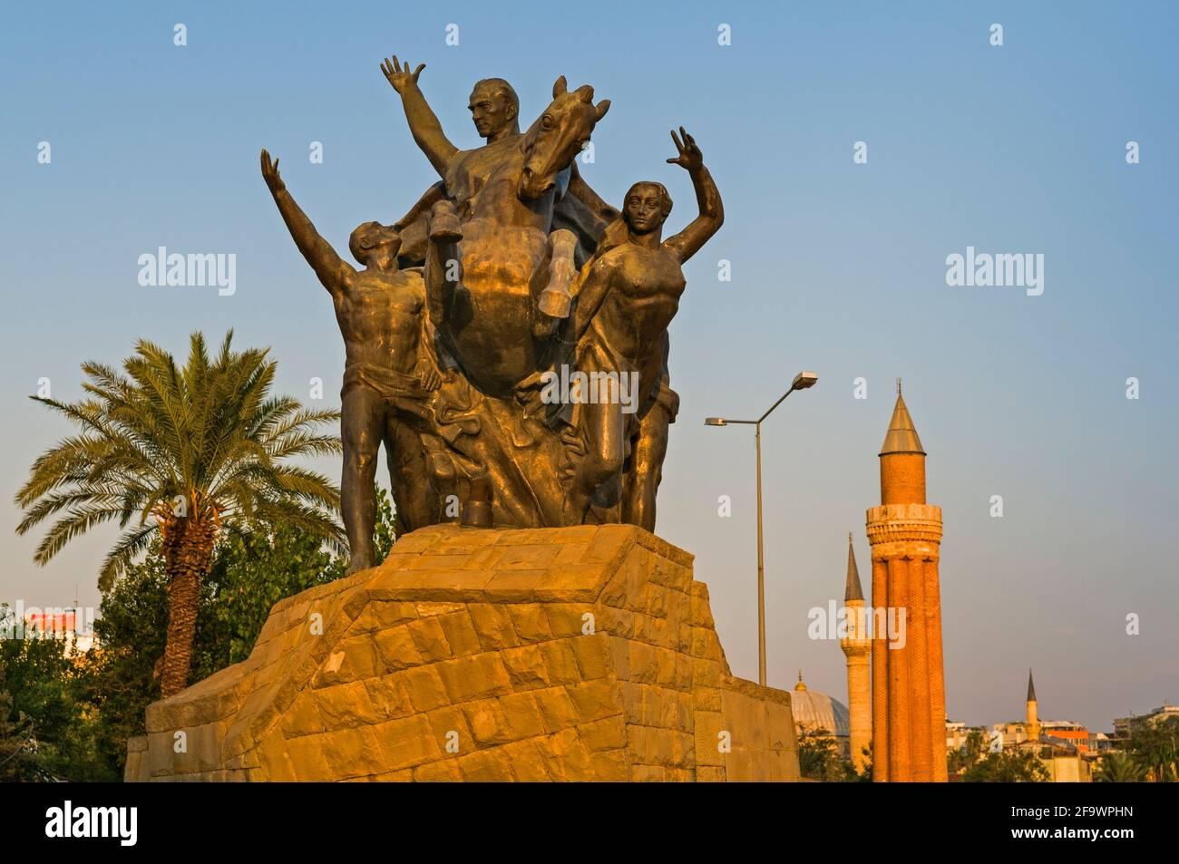 La statue d'Ataturk et Minaret Yivli Antalya Turquie Banque D'Images