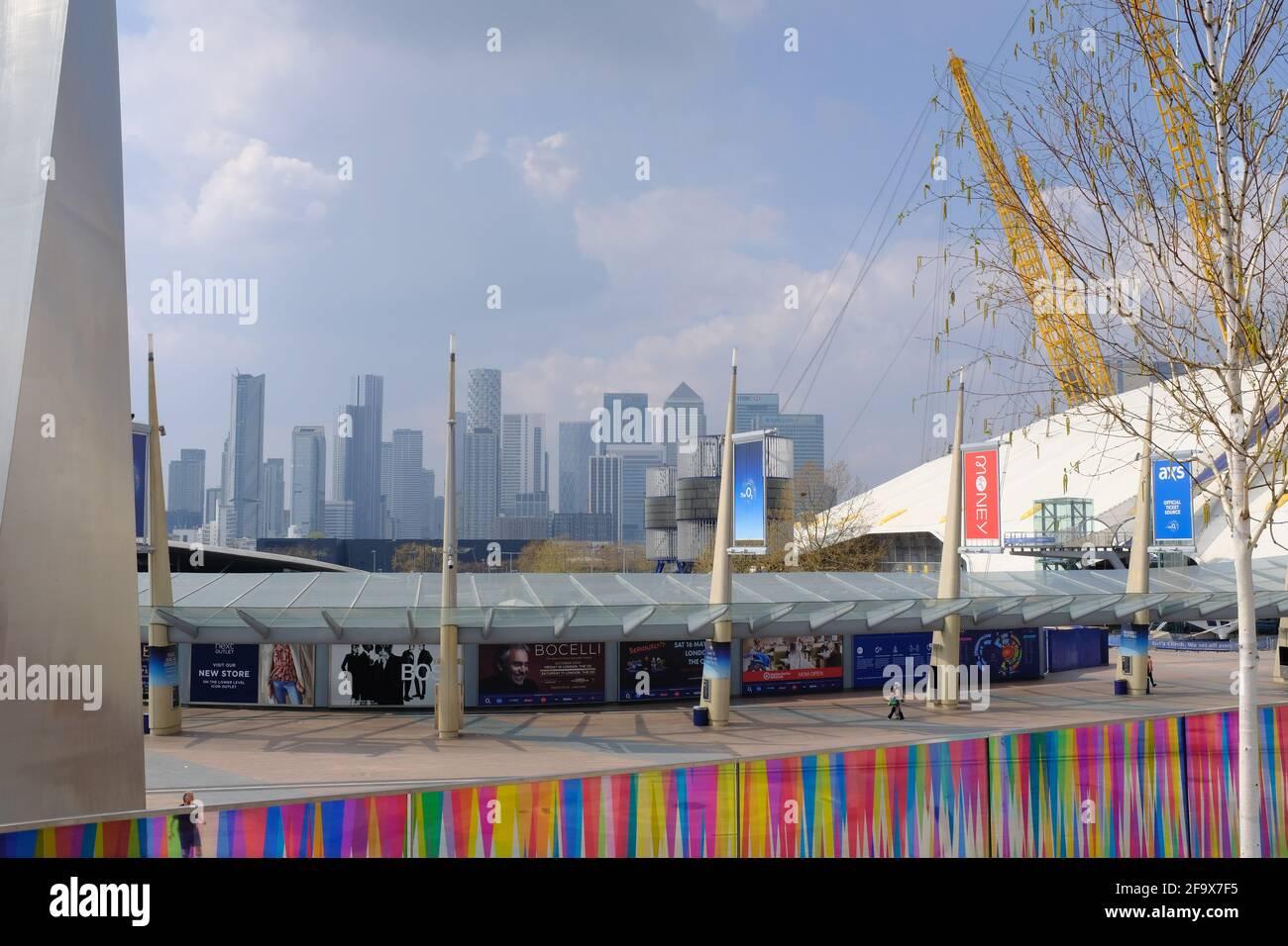 NORTH GREENWICH, LONDRES - 20 AVRIL 2021 : installation artistique par l'artiste Liz West et vue sur l'O2 Arena et Canary Wharf. Banque D'Images