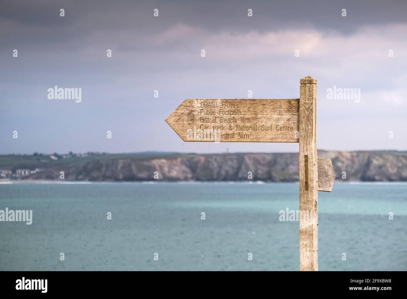 Une pancarte en bois sur le sentier côtier surplombant la baie de Newquay, dans les Cornouailles. Banque D'Images