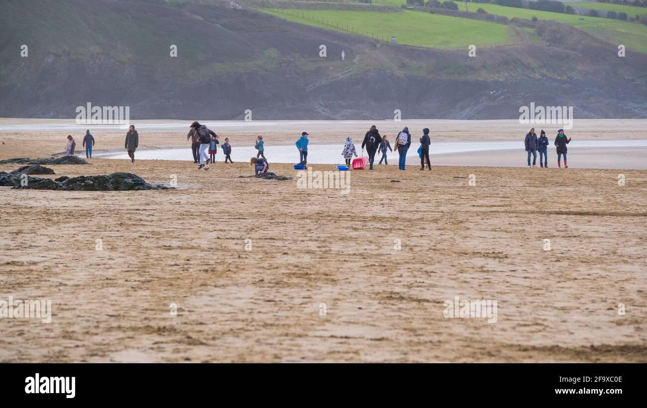 Une image panoramique des gens qui s'amusent sur Crantock Beach à Newquay, en Cornouailles. Banque D'Images