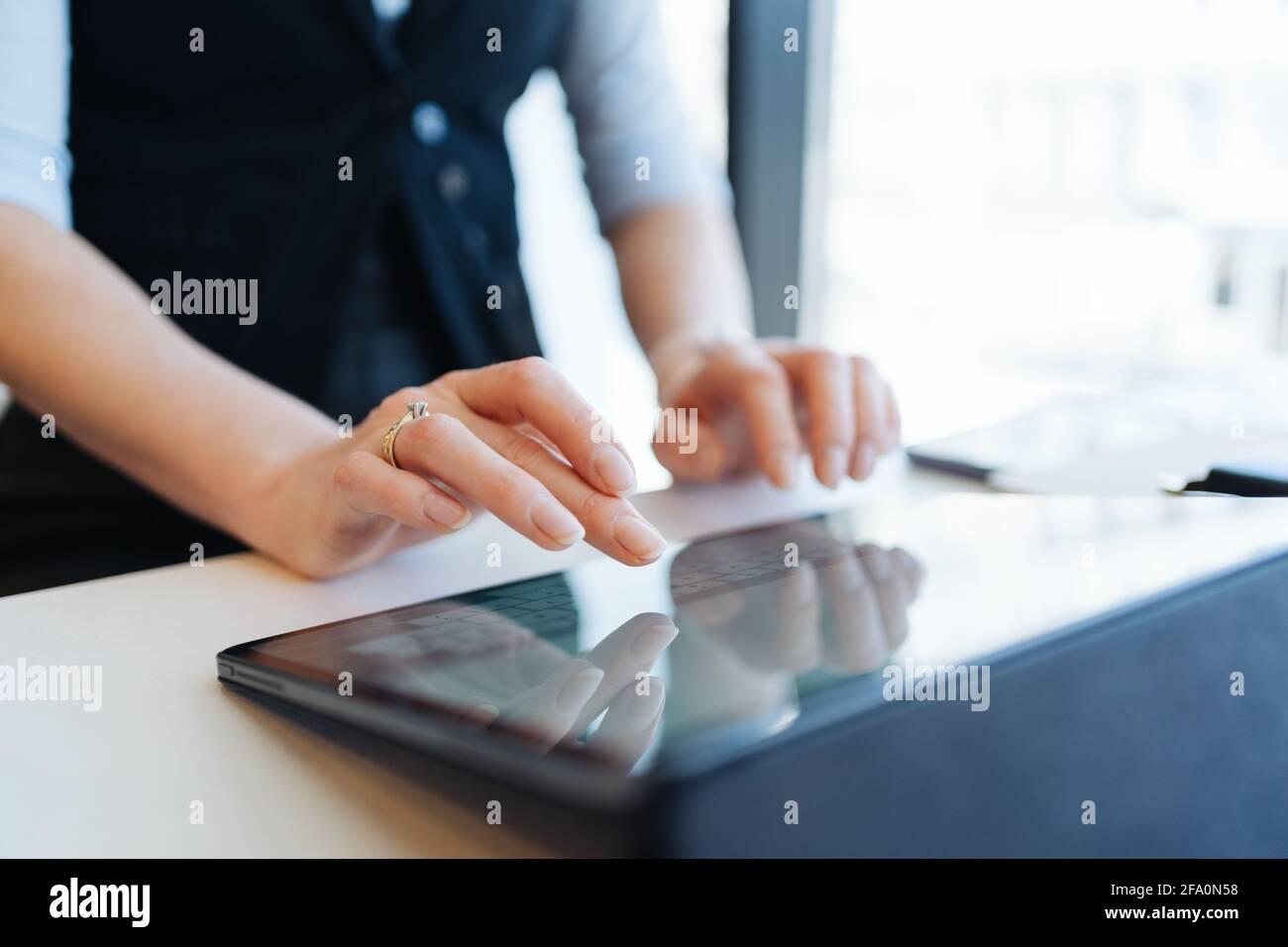 Femme doigts tapant sur l'écran de la tablette . Utilisation des technologies Banque D'Images