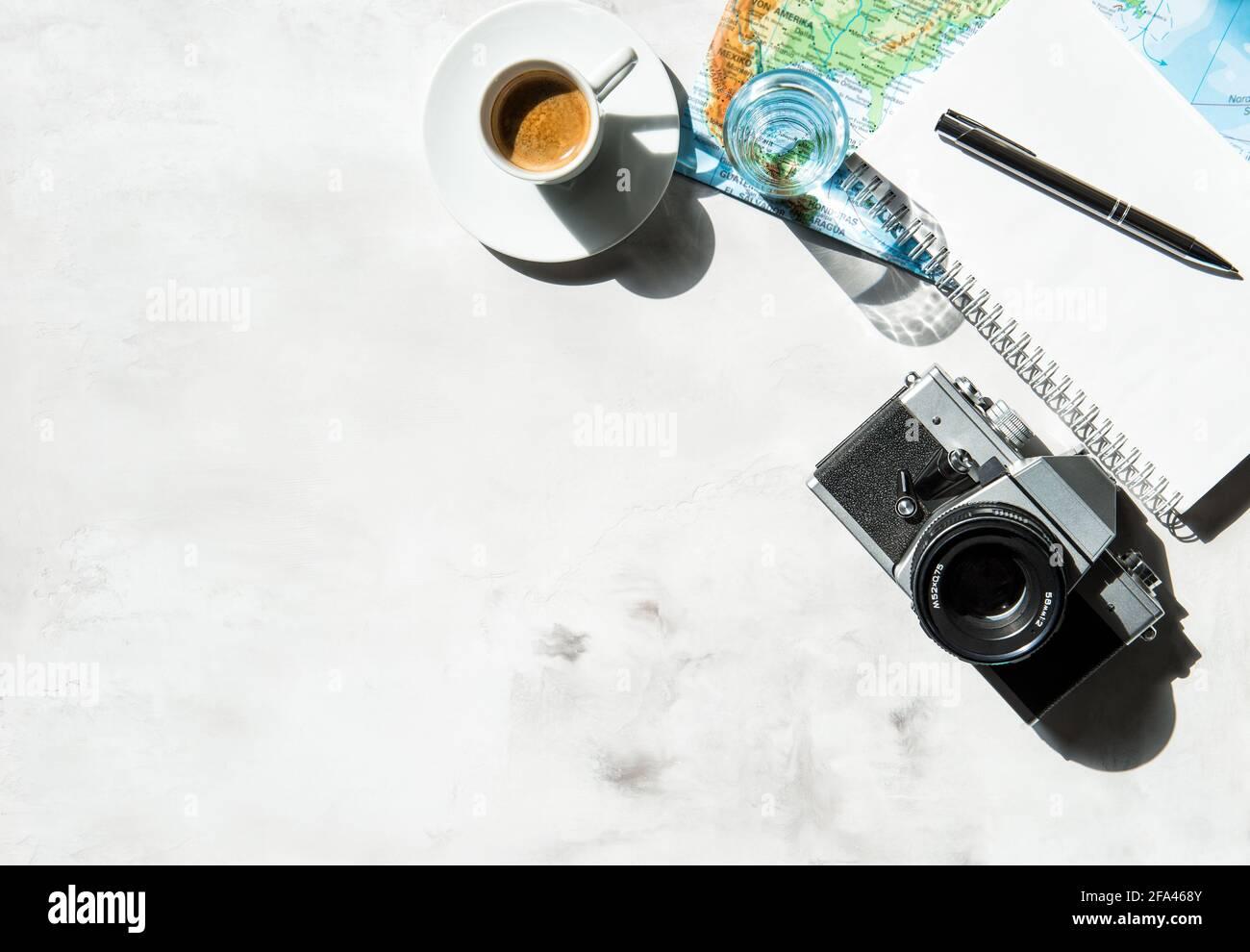 Voyagez sur fond plat avec carte, appareil photo et café Banque D'Images