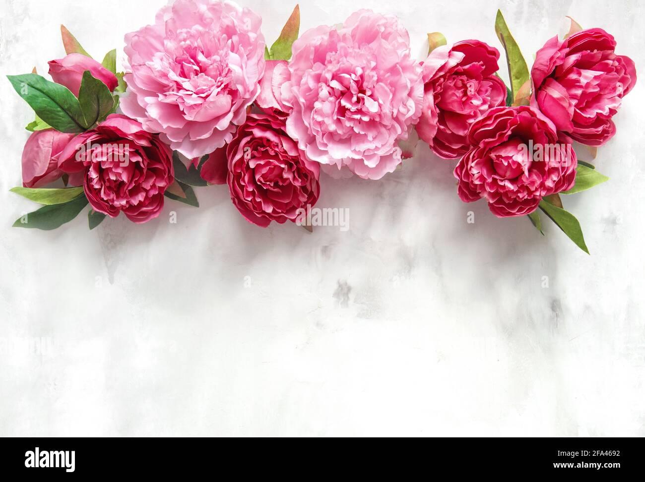 Bouquet de fleurs de pivoine rose sur texture marbre. Fond floral Banque D'Images