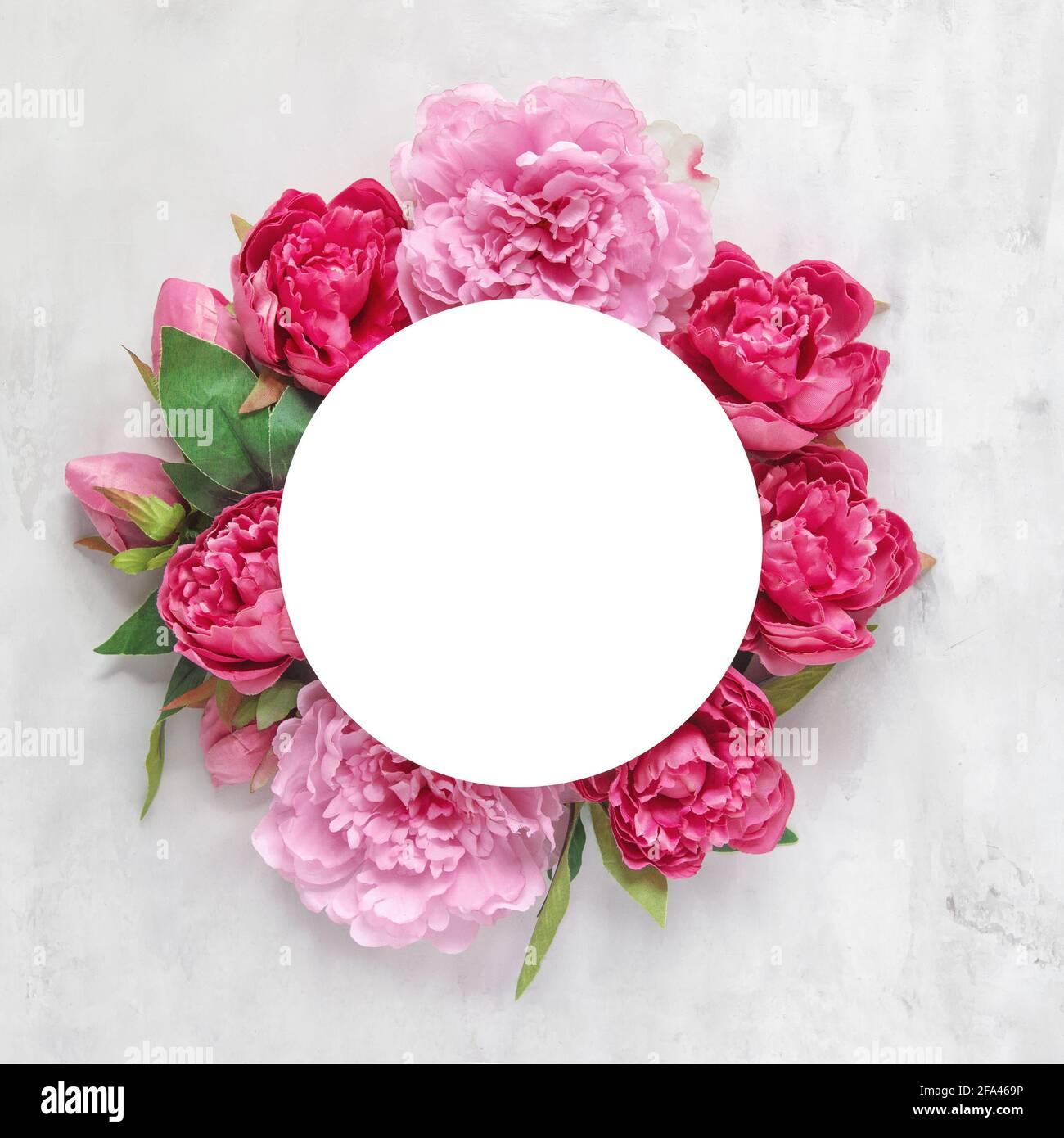 Bouquet de fleurs de pivoine rose et rouge sur fond de pierre en marbre. Plat à motif fleuri Banque D'Images
