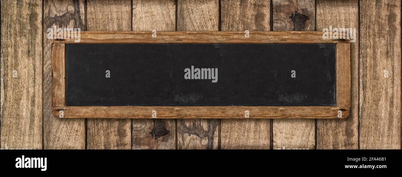 Bannière vintage sur fond de bois rustique. Panneau d'affichage en tableau noir Banque D'Images
