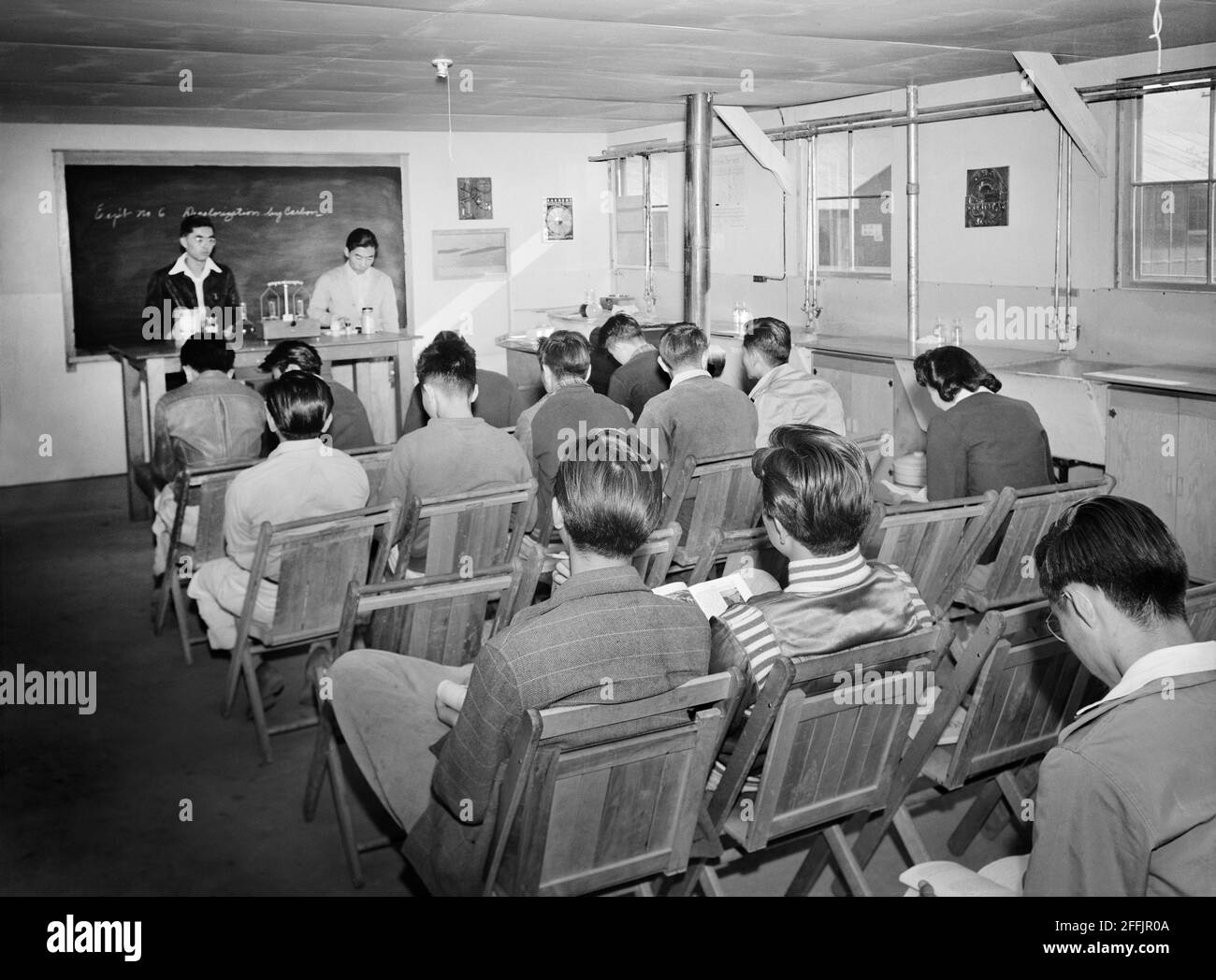 Étudiants japonais-américains assis dans le laboratoire de classe pendant la conférence scientifique, Manzanar Relocation Center, Californie, Etats-Unis, Ansel Adams, Collection Manzanar War Relocation Centre, 1943 Banque D'Images