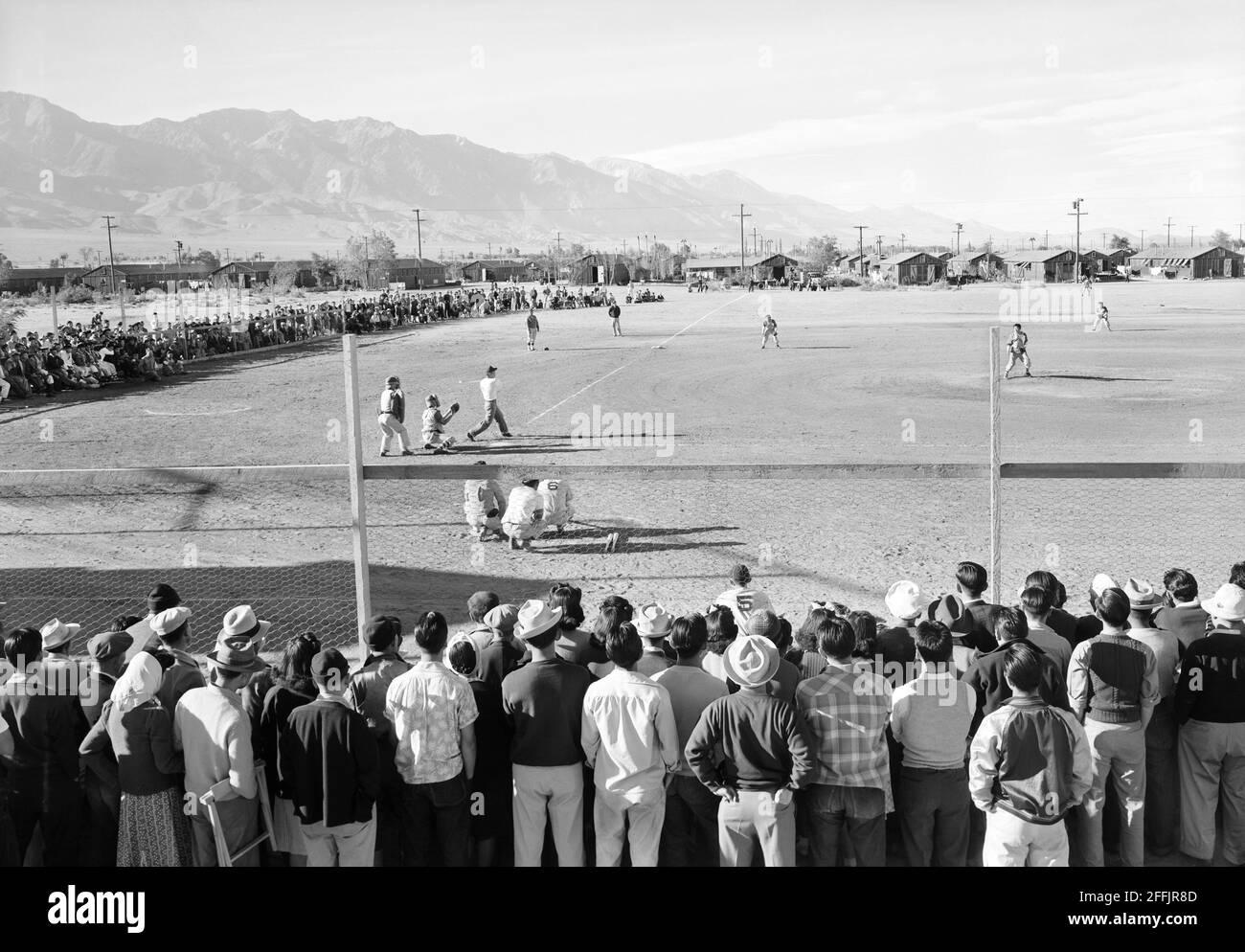 Match de baseball, Manzanar Relocation Center, Californie, États-Unis, Ansel Adams, Collection Manzanar War Relocation Centre, 1943 Banque D'Images