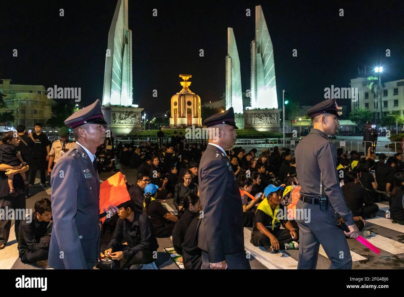 La police et les bourdonneurs aux funérailles du roi Bhumipol, Rama IX, Bangkok, Thaïlande Banque D'Images