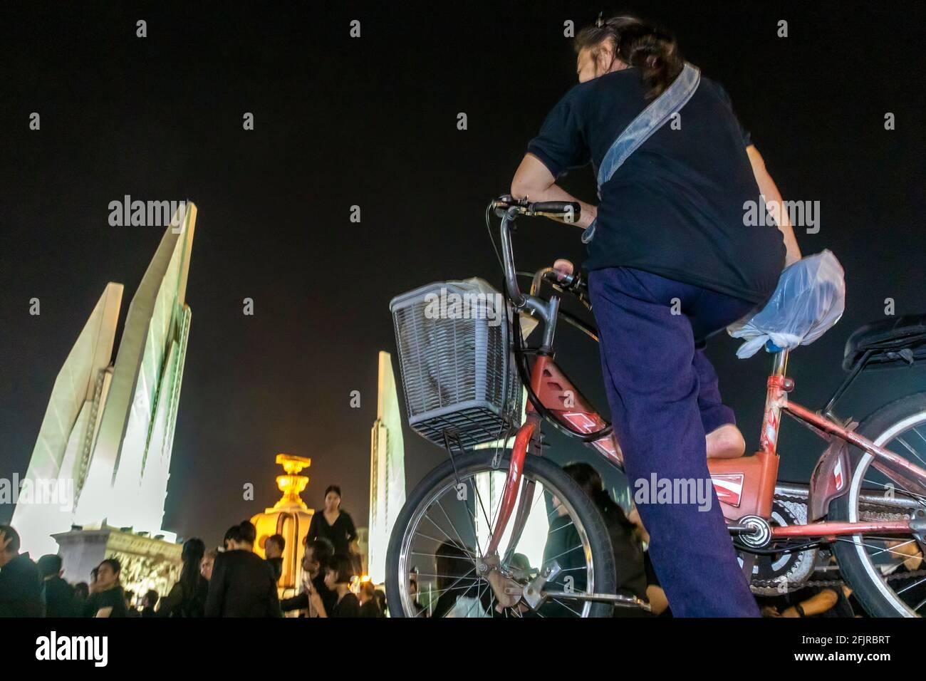 Pleurer à vélo aux funérailles du Roi Bhumibol, Monument de la démocratie, Bangkok, Thaïlande Banque D'Images