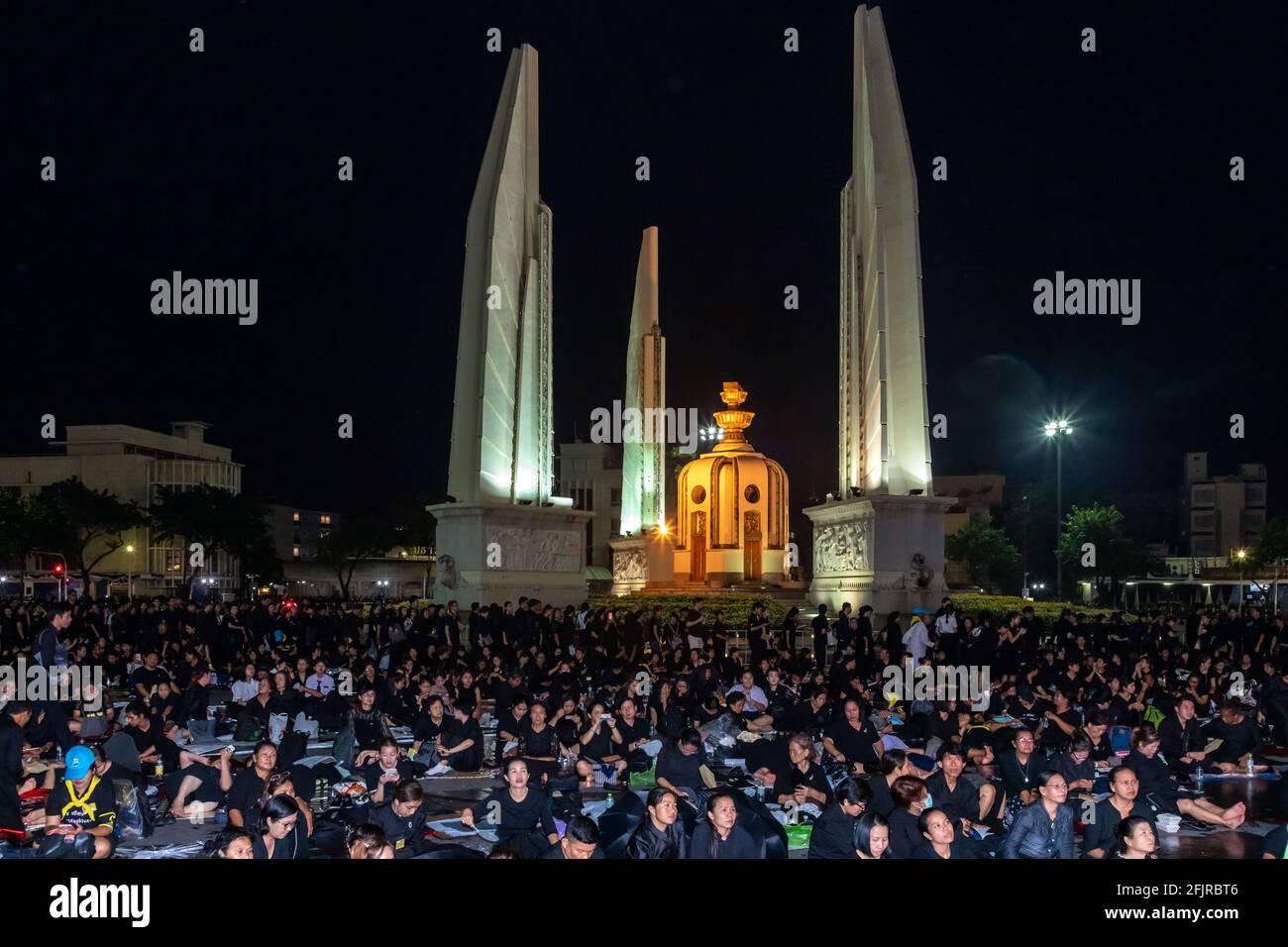 Les amateurs de funérailles du Roi Bhumibol, Monument de la démocratie, Bangkok, Thaïlande Banque D'Images