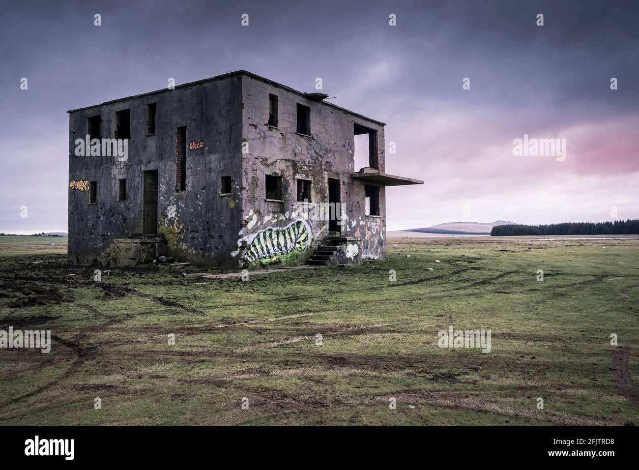 La tour de contrôle abandonnée sur l'aérodrome de Davidstow de la WW2 du Bodmin Moor à Cornwall. Banque D'Images