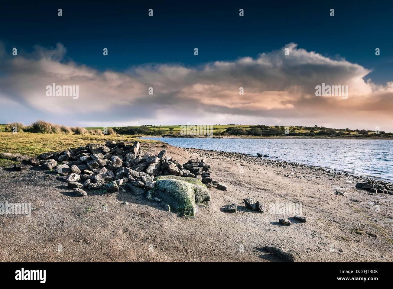 Une pile de rochers sur la rive du lac Colliford, sur la Moor Bodmin, dans les Cornouailles. Banque D'Images