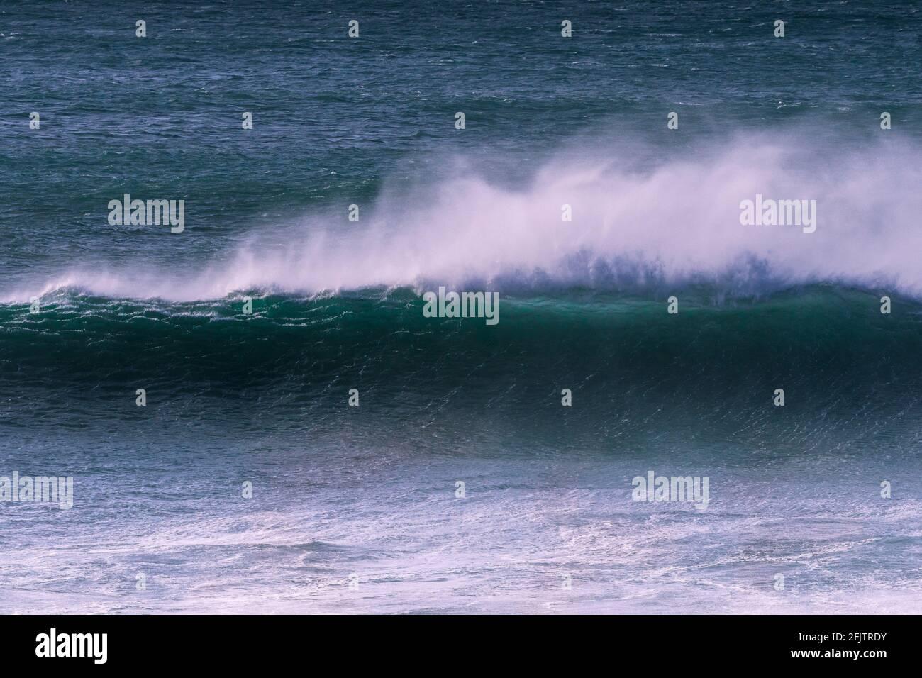 Grandes vagues et vents violents au large de la baie Fistral, à Newquay, en Cornwall. Banque D'Images