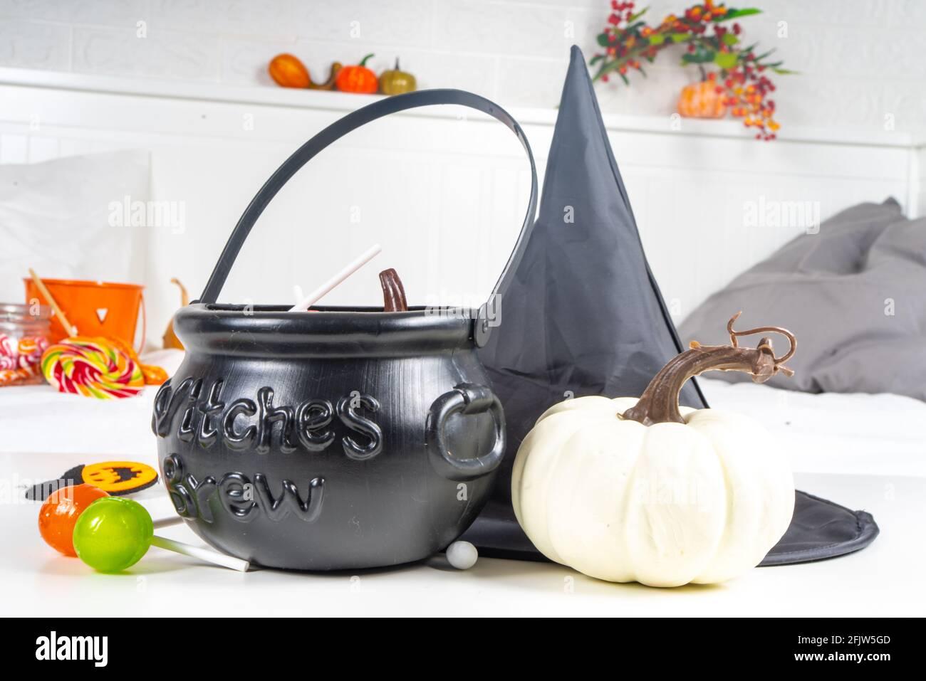 Arrière-plan de Halloween. Seau avec bonbons le chou-fleur de Witch, avec citrouilles et décoration d'automne, concept de décoration de maison de vacances Banque D'Images