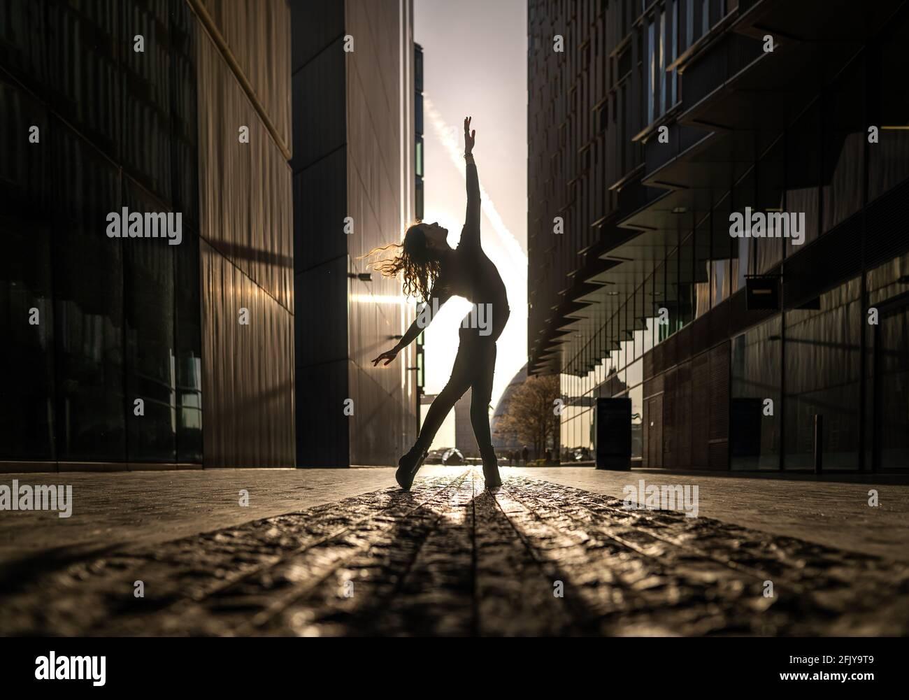 Londres, Royaume-Uni. 27 avril 2021. Journée internationale de la danse : Rebecca Olarescu, étudiante en Master Screance à la London Contemporary Dance School (LCDS), se produit au lever du soleil près du pont de Londres, en prévision de la Journée internationale de la danse, le 29 avril. Célébrée pour la première fois en 1982, la Journée internationale de la danse a lieu chaque année depuis l'anniversaire de la naissance de Jean-Georges Noverre (1727-1810), créateur du ballet moderne. Credit: Guy Corbishley/Alamy Live News Banque D'Images