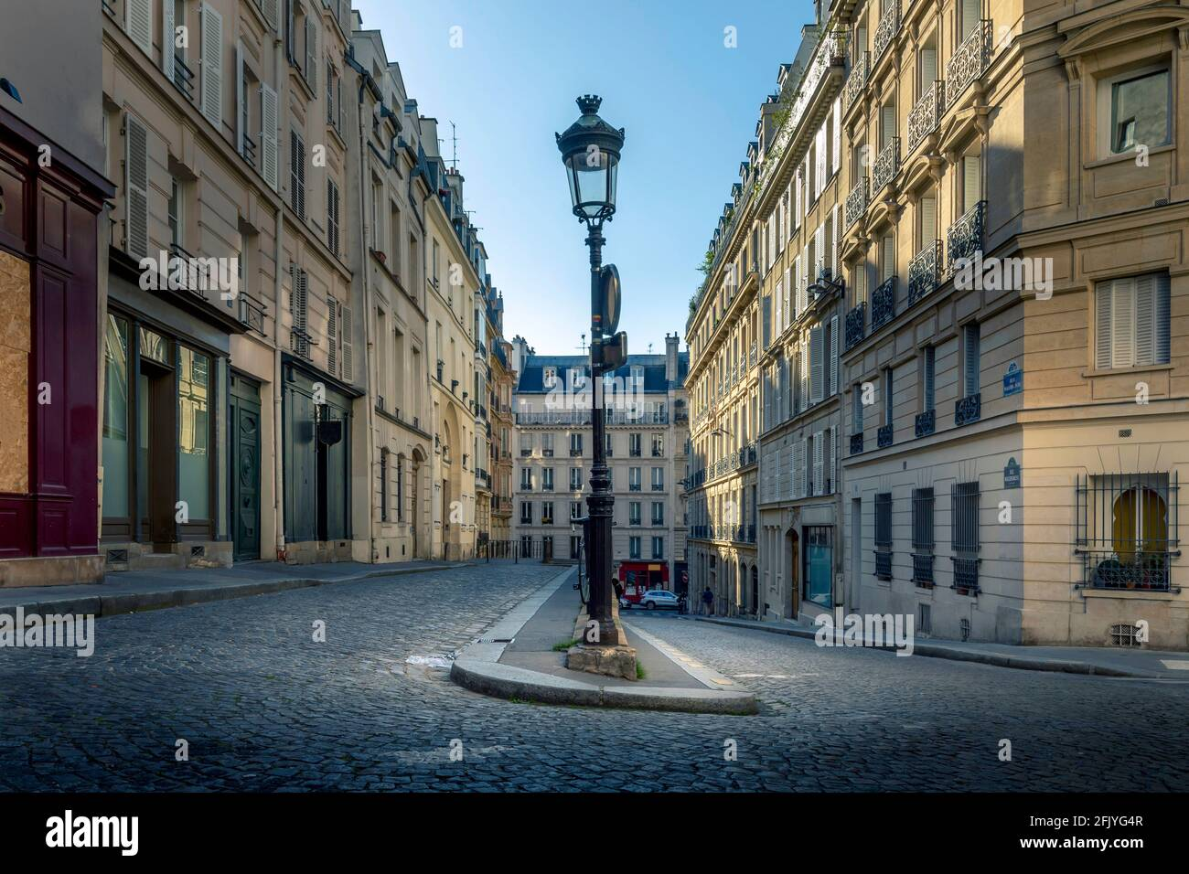 Paris, France - 26 avril 2021 : une rue pavée typique de Paris Banque D'Images
