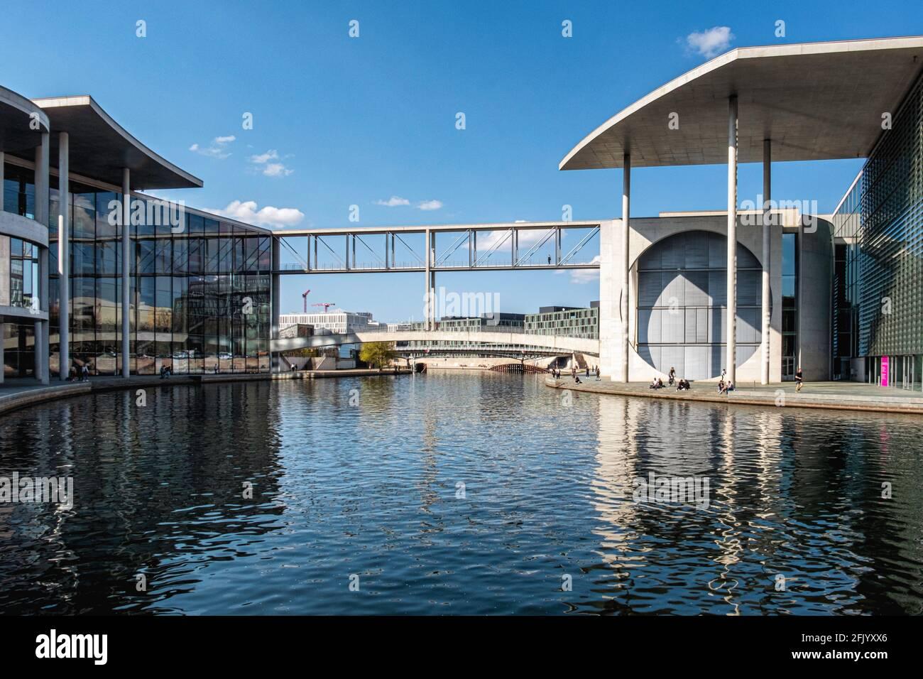 Vue sur la rivière Spree avec pont piétonnier reliant Marie Elisabeth Lüders House & Paul Löbe House, Mitte, Berlin Banque D'Images