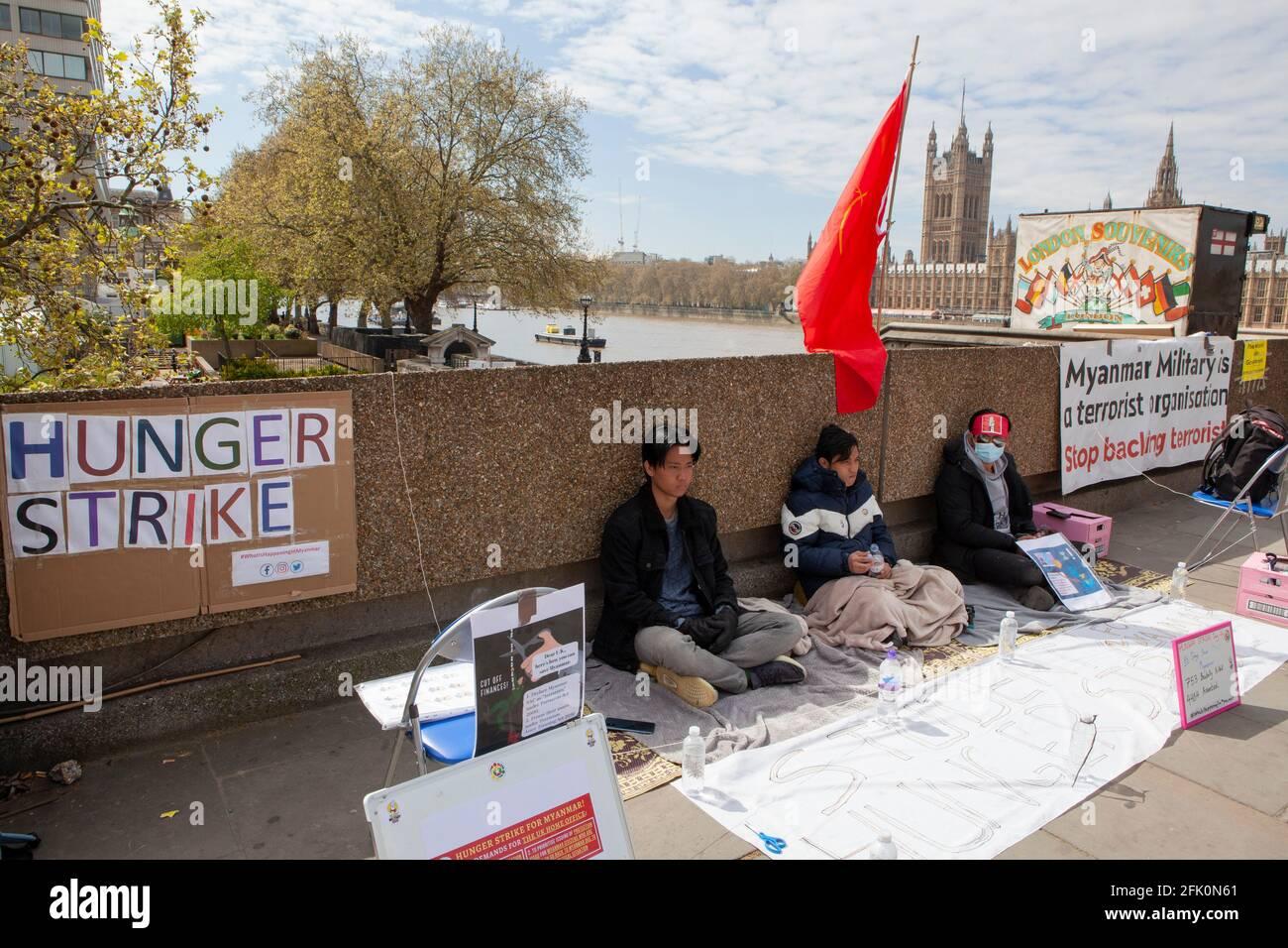 Londres, Royaume-Uni, 27 avril 2021 : les militants du pont de Westminster sont sur le 4ème jour d'une grève de la faim exigeant une action contre le gouvernement du Myanmar, où un coup d'État militaire a eu lieu et où des manifestants sont abattus et blessés. Anna Watson/Alay Live News Banque D'Images