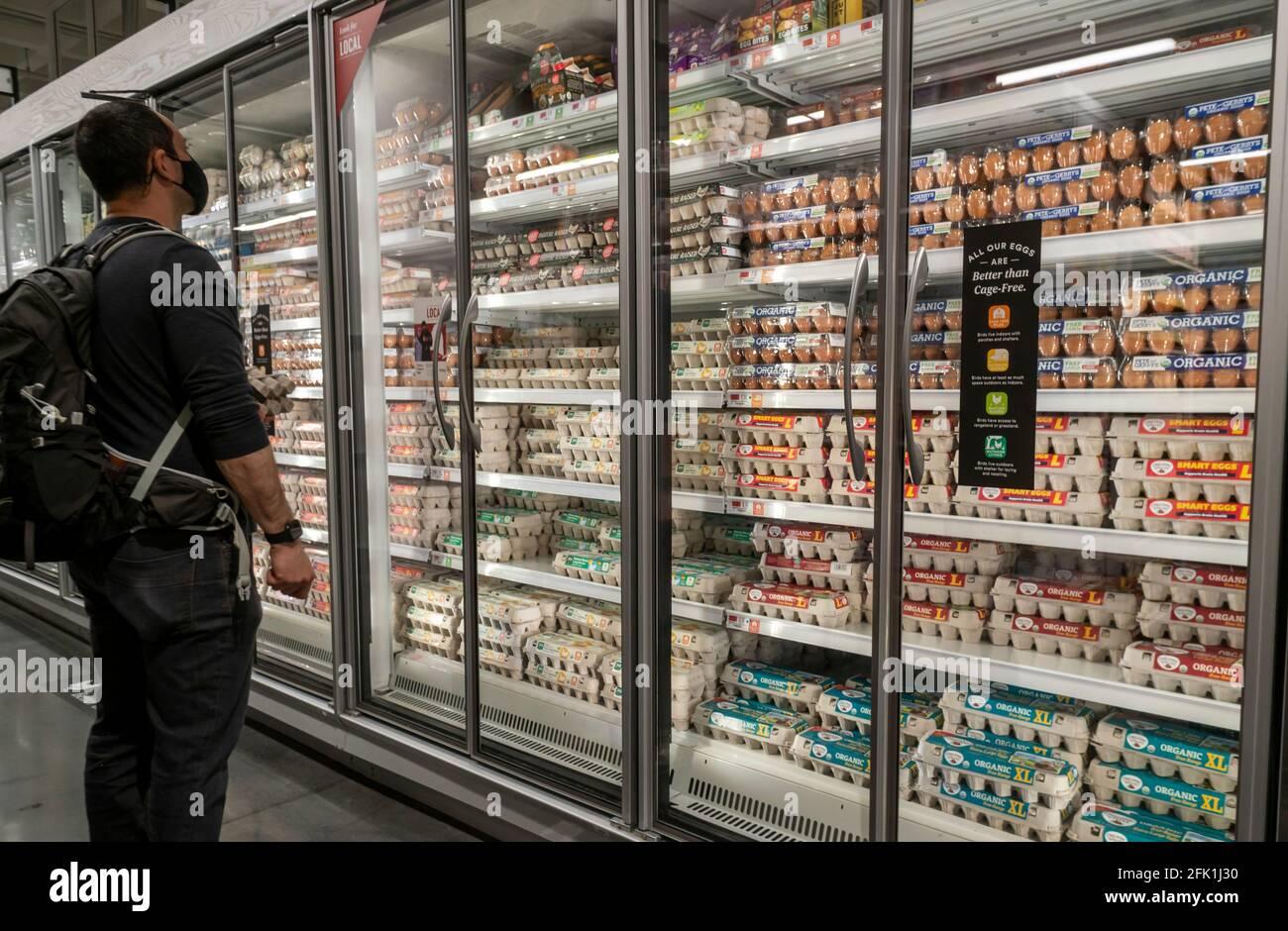 Le client choisit parmi une grande variété d'œufs en vente dans un supermarché de New York le dimanche 18 avril 2021. (© Richard B. Levine) Banque D'Images