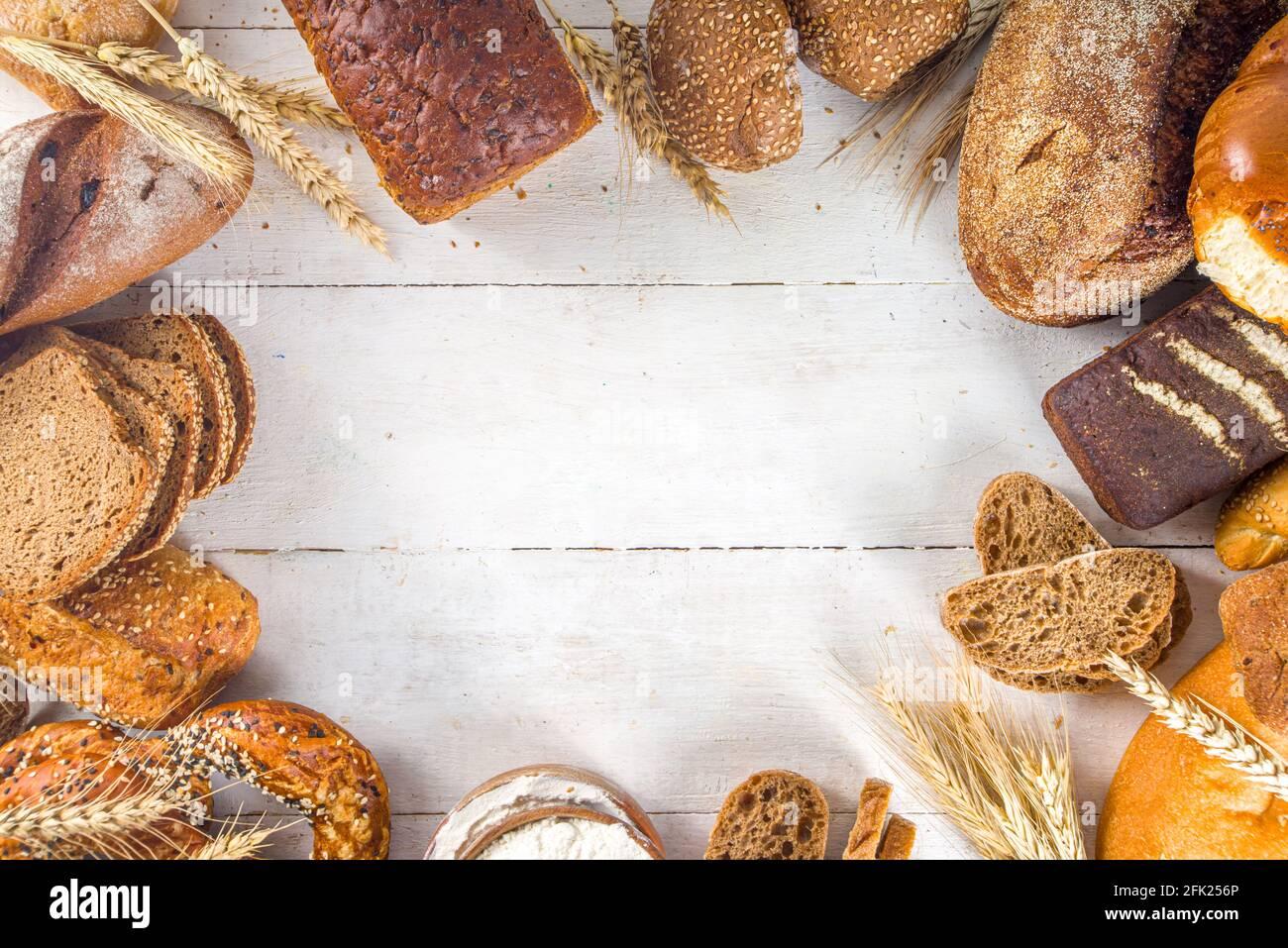 Assortiment de délicieux pains fraîchement sortis du four, sur fond blanc, vue de dessus de l'espace de copie Banque D'Images