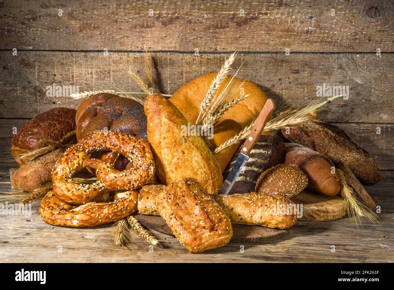 Assortiment de délicieux pains fraîchement sortis du four, sur fond de bois rustique copie espace Banque D'Images