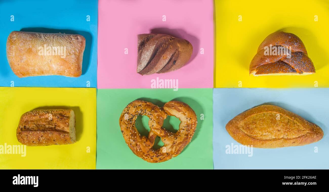 Assortiment de délicieux pains fraîchement sortis du four, sur une banderole de fond colorée et tendance avec vue sur le dessus Banque D'Images