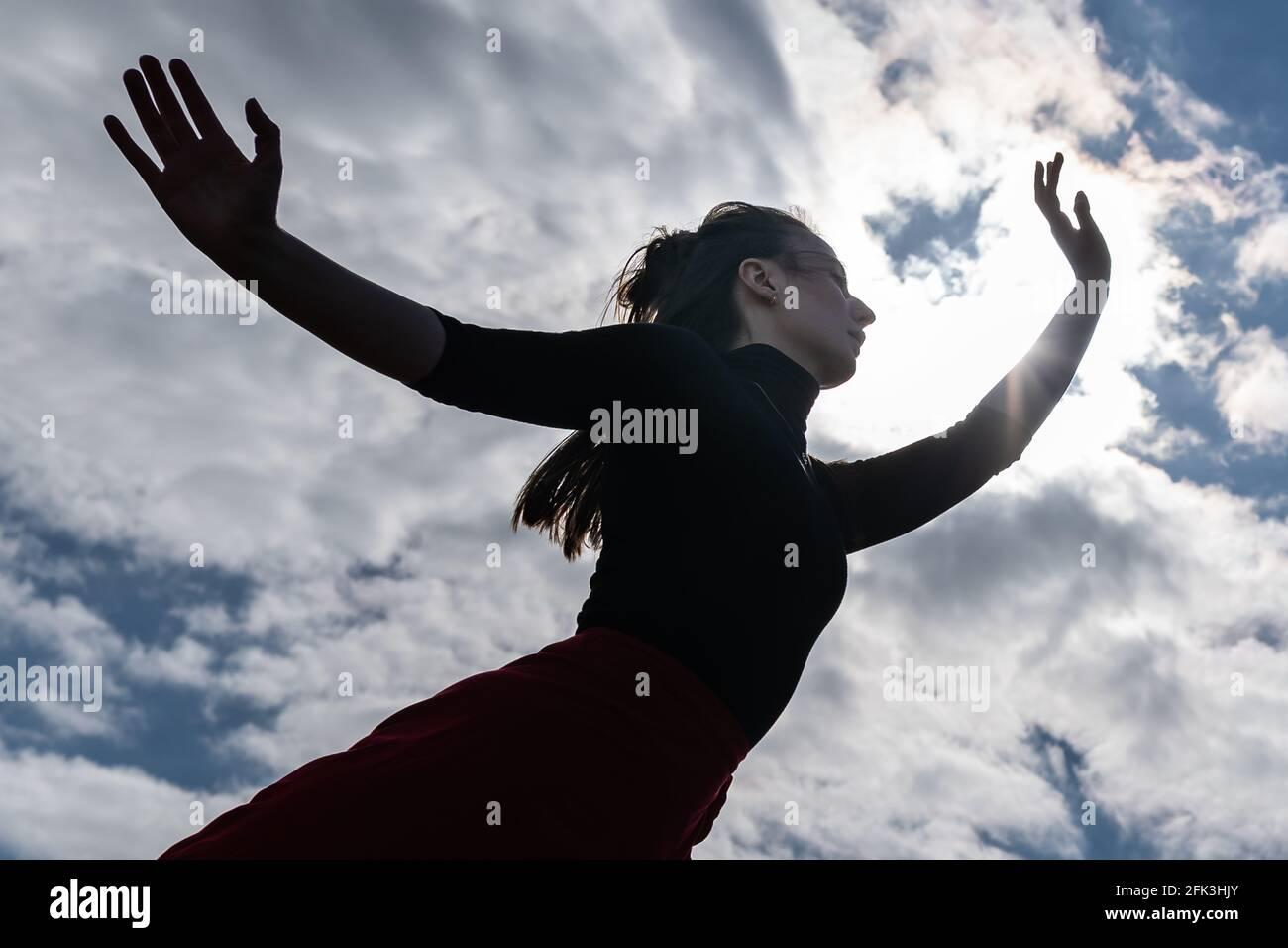 Londres, Royaume-Uni. 28 avril 2021. Journée internationale de la danse : les danseurs de Ranbu se produisent sur Hampstead Heath avant la Journée internationale de la danse le 29 avril (cofondateur en photo, Belinda Roy). Le nouveau collectif de danse basé à Londres et au Japon vise à créer une plate-forme pour les danseurs contemporains de collaborer, de jouer et de partager des idées avec d'autres artistes. Célébrée pour la première fois en 1982, la Journée internationale de la danse a lieu chaque année depuis la naissance de Jean-Georges Noverre (1727-1810), créateur du ballet moderne. Credit: Guy Corbishley/Alamy Live News Banque D'Images