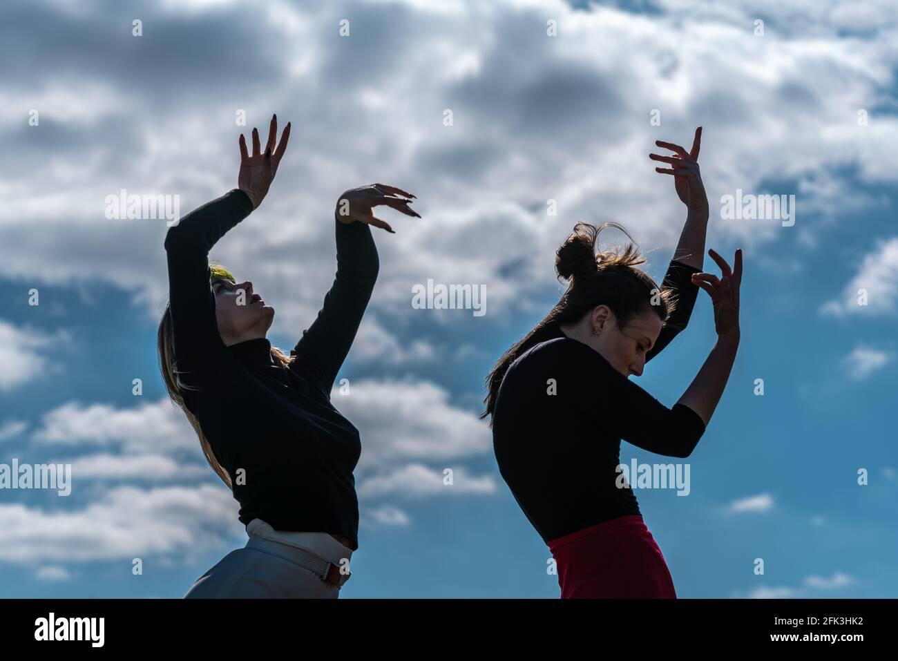 Londres, Royaume-Uni. 28 avril 2021. Journée internationale de la danse : les danseurs de Ranbu se produisent sur Hampstead Heath avant la Journée internationale de la danse le 29 avril (L-R Sophie Chinner, Belinda Roy). Le nouveau collectif de danse basé à Londres et au Japon vise à créer une plate-forme pour les danseurs contemporains de collaborer, de jouer et de partager des idées avec d'autres artistes. Célébrée pour la première fois en 1982, la Journée internationale de la danse a lieu chaque année depuis la naissance de Jean-Georges Noverre (1727-1810), créateur du ballet moderne. Credit: Guy Corbishley/Alamy Live News Banque D'Images
