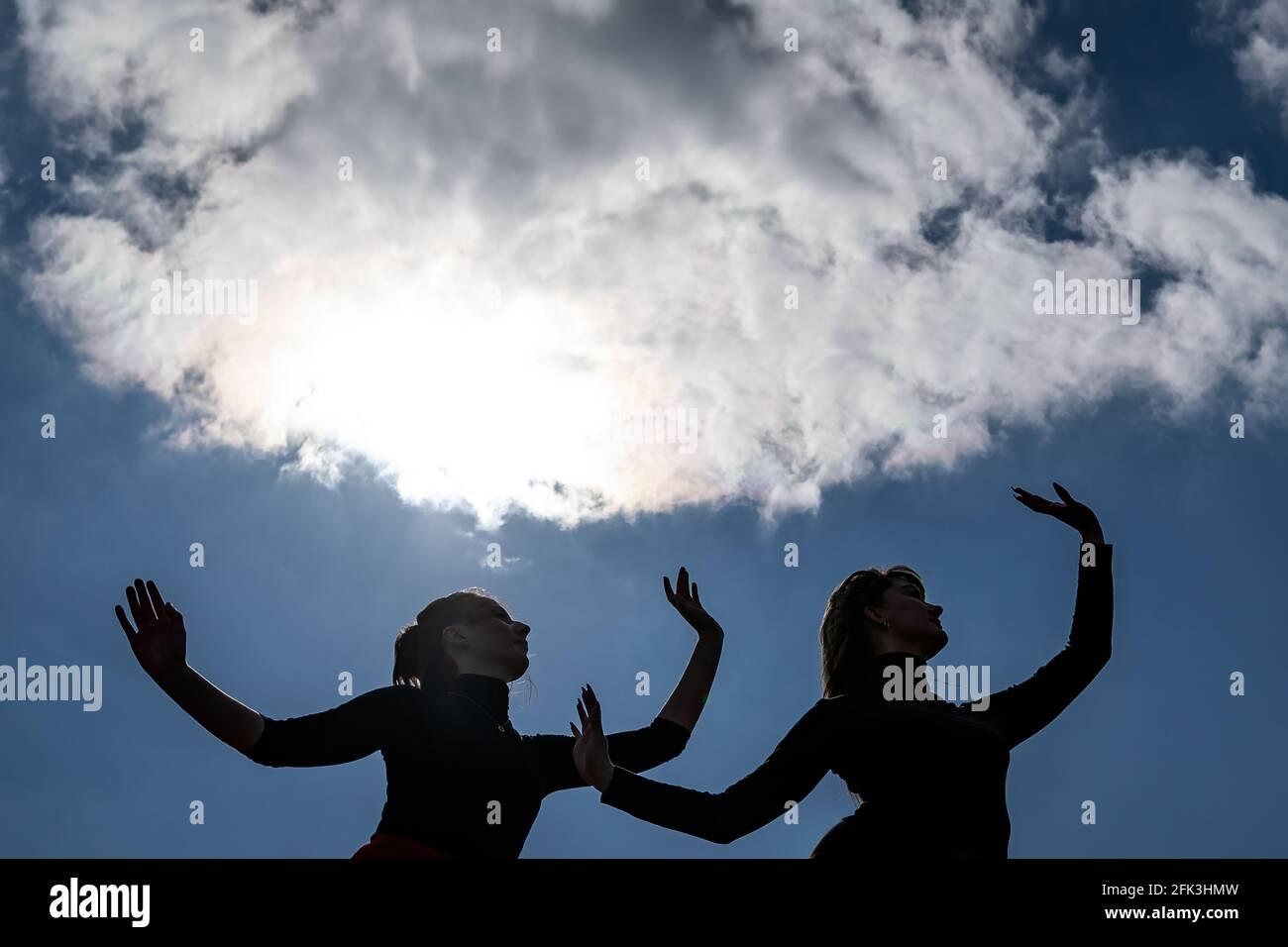 Londres, Royaume-Uni. 28 avril 2021. Journée internationale de la danse : les danseurs de Ranbu se produisent sur Hampstead Heath avant la Journée internationale de la danse le 29 avril (L-R Belinda Roy, Sophie Chinner). Le nouveau collectif de danse basé à Londres et au Japon vise à créer une plate-forme pour les danseurs contemporains de collaborer, de jouer et de partager des idées avec d'autres artistes. Célébrée pour la première fois en 1982, la Journée internationale de la danse a lieu chaque année depuis la naissance de Jean-Georges Noverre (1727-1810), créateur du ballet moderne. Credit: Guy Corbishley/Alamy Live News Banque D'Images