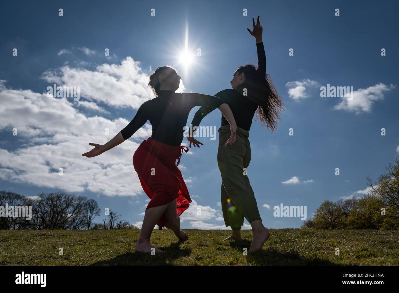 Londres, Royaume-Uni. 28 avril 2021. Journée internationale de la danse : les danseurs de Ranbu se produisent sur Hampstead Heath avant la Journée internationale de la danse le 29 avril (L-R Belinda Roy, Coralie Calfond). Le nouveau collectif de danse basé à Londres et au Japon vise à créer une plate-forme pour les danseurs contemporains de collaborer, de jouer et de partager des idées avec d'autres artistes. Célébrée pour la première fois en 1982, la Journée internationale de la danse a lieu chaque année depuis la naissance de Jean-Georges Noverre (1727-1810), créateur du ballet moderne. Credit: Guy Corbishley/Alamy Live News Banque D'Images
