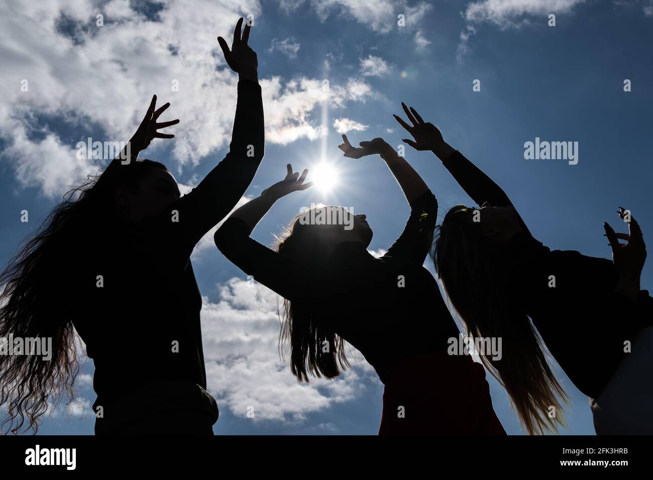 Londres, Royaume-Uni. 28 avril 2021. Journée internationale de la danse : les danseurs de Ranbu se produisent sur Hampstead Heath avant la Journée internationale de la danse le 29 avril (L-R Coralie Calfond, Belinda Roy, Sophie Chinner). Le nouveau collectif de danse basé à Londres et au Japon vise à créer une plate-forme pour les danseurs contemporains de collaborer, de jouer et de partager des idées avec d'autres artistes. Célébrée pour la première fois en 1982, la Journée internationale de la danse a lieu chaque année depuis la naissance de Jean-Georges Noverre (1727-1810), créateur du ballet moderne. Credit: Guy Corbishley/Alamy Live News Banque D'Images