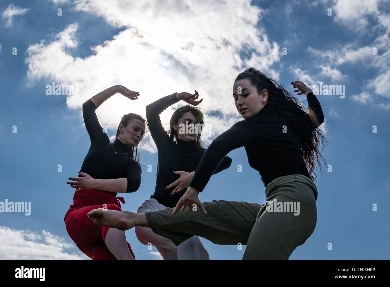 Londres, Royaume-Uni. 28 avril 2021. Journée internationale de la danse : les danseurs de Ranbu se produisent sur Hampstead Heath avant la Journée internationale de la danse le 29 avril (L-R Belinda Roy, Sophie Chinner, Coralie Calfond). Le nouveau collectif de danse basé à Londres et au Japon vise à créer une plate-forme pour les danseurs contemporains de collaborer, de jouer et de partager des idées avec d'autres artistes. Célébrée pour la première fois en 1982, la Journée internationale de la danse a lieu chaque année depuis la naissance de Jean-Georges Noverre (1727-1810), créateur du ballet moderne. Credit: Guy Corbishley/Alamy Live News Banque D'Images