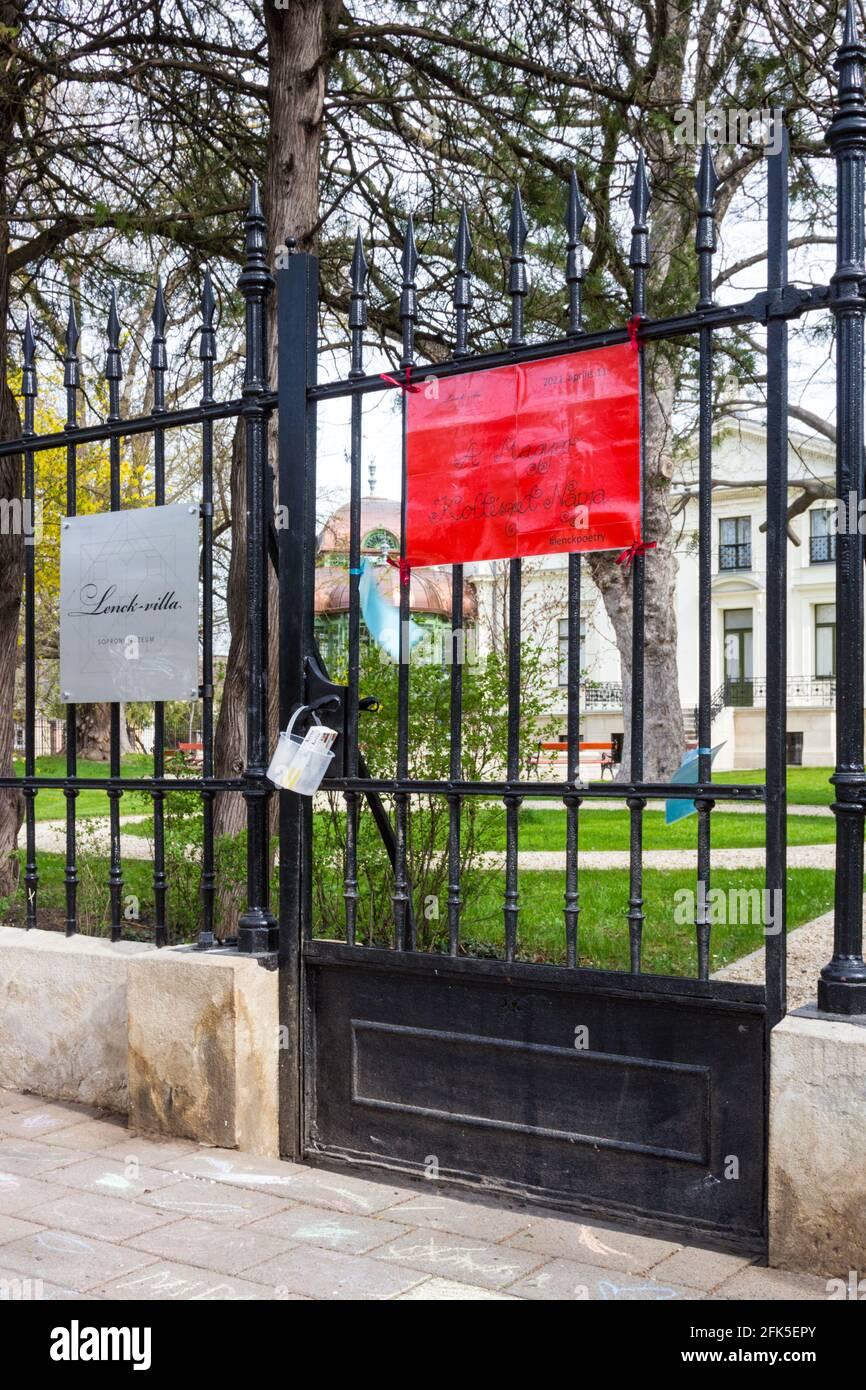 Initiative de Lenck Poetry de Soproni Muzeum le jour de la poésie hongroise. Feuilles de poèmes fixées sur la clôture en fer forgé de la Villa Lenck, Sopron, Hongrie Banque D'Images