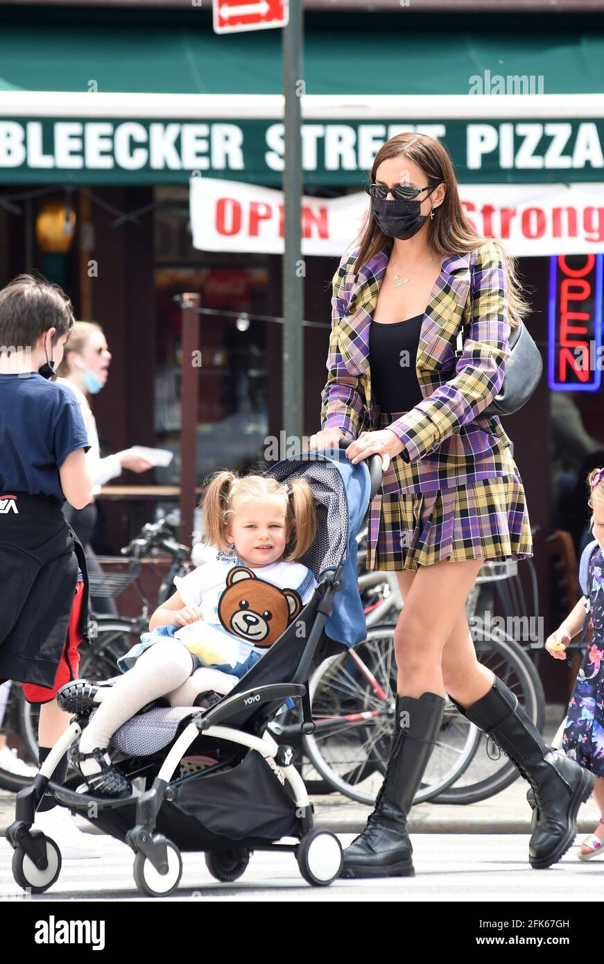 New York, NY, États-Unis. 28 avril 2021. Irina Shayk Out and About for Celebrity candids - WED, New York, NY 28 avril 2021. Crédit : Kristin Callahan/Everett Collection/Alay Live News Banque D'Images