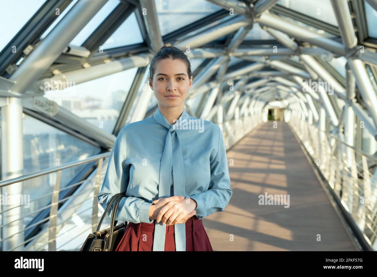 Une jeune femme d'affaires tenue dans un sac Banque D'Images