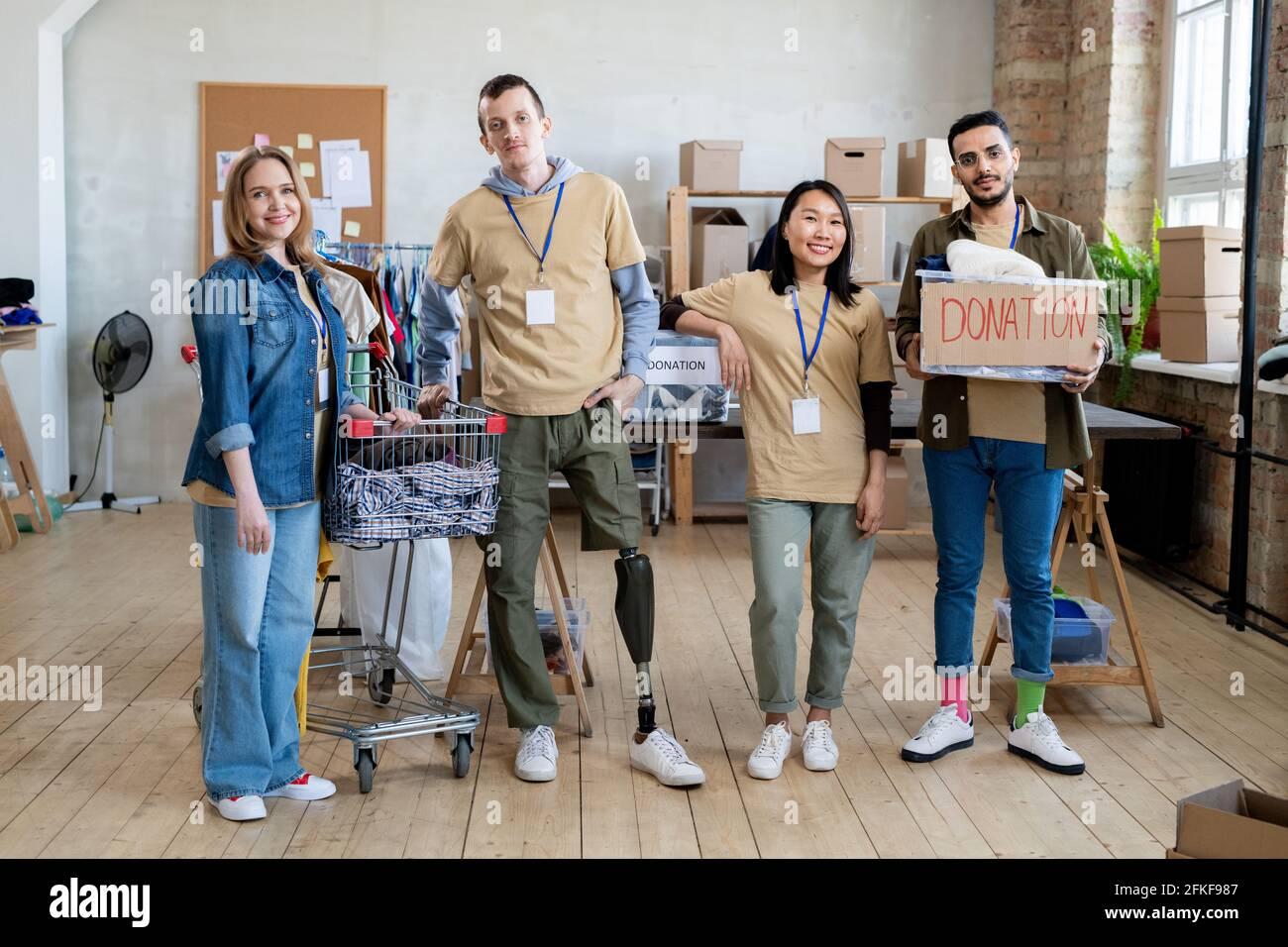 Un groupe de personnes avec des vêtements de don debout dans le bureau Banque D'Images