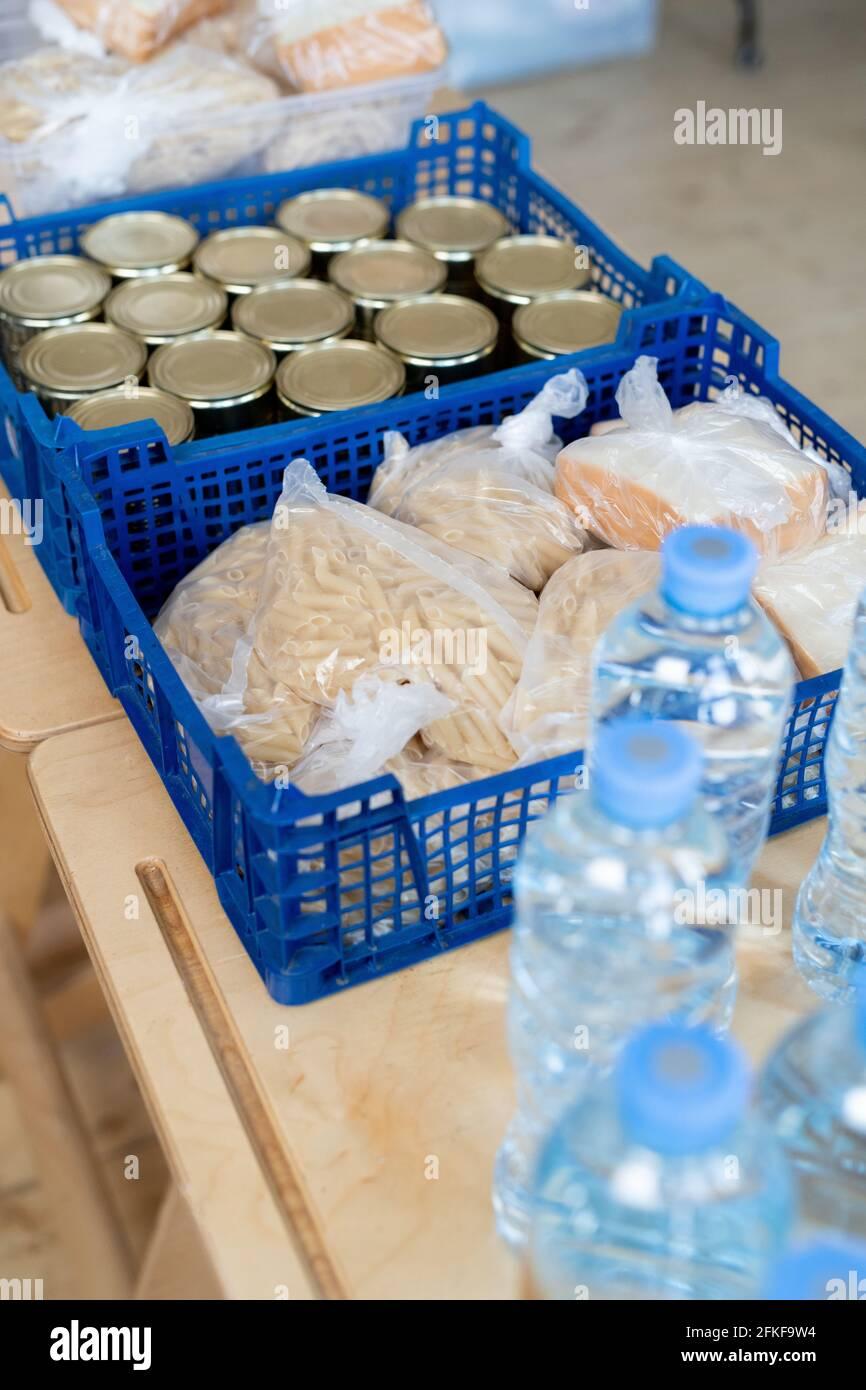Un groupe de boîtes en plastique contenant des produits alimentaires et des bouteilles d'eau sur la table Banque D'Images