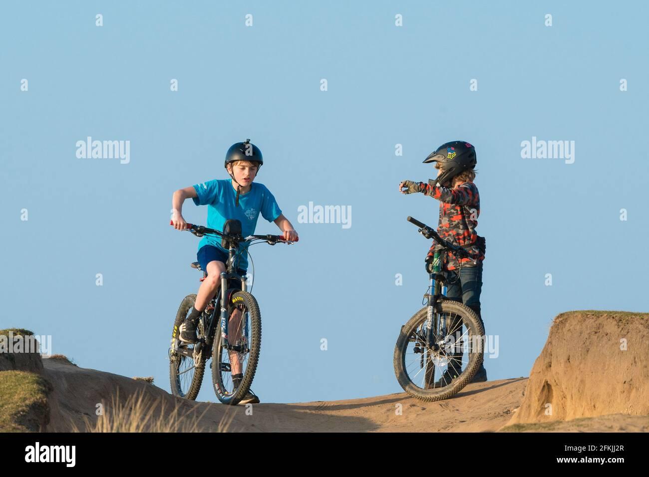 Deux jeunes garçons avec leurs VTT. Banque D'Images