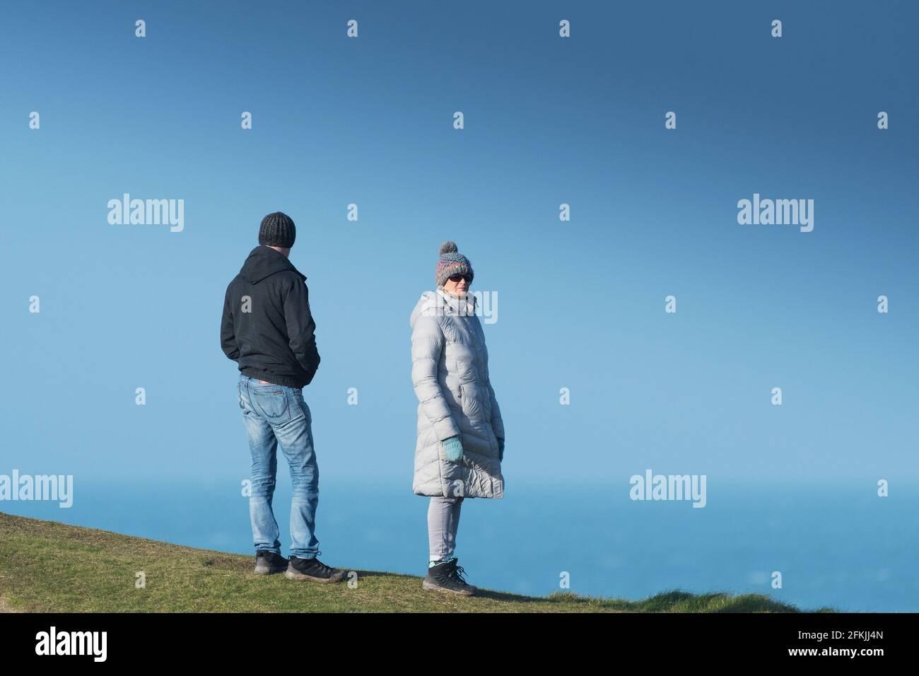 Deux personnes se tenant sur Towan Head appréciant la vue à Newquay dans Cornwall. Banque D'Images